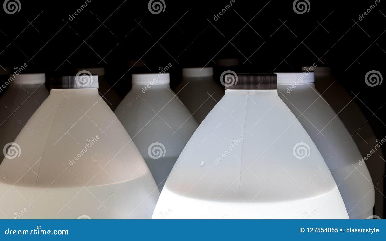 Weiße Plastikbehälter voll Flüssigkeit mit Deckeln