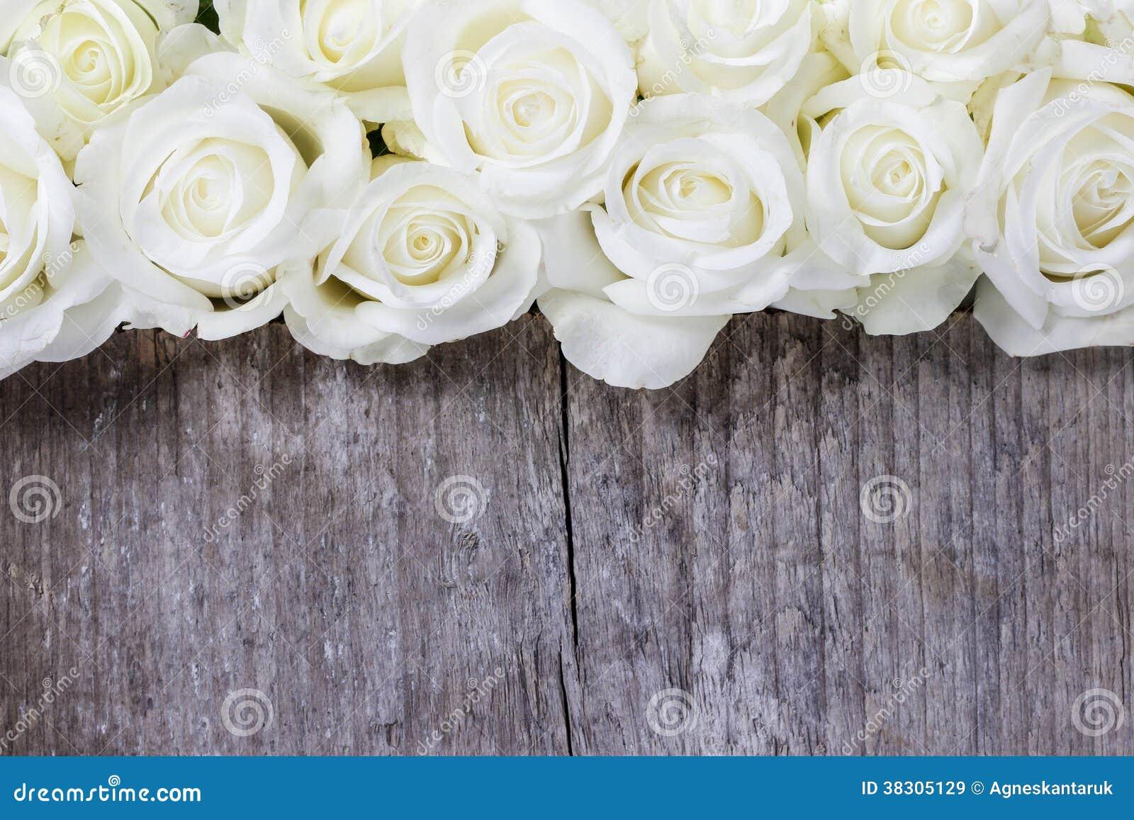 wei e rosen auf h lzernem hintergrund stockbild bild 38305129. Black Bedroom Furniture Sets. Home Design Ideas