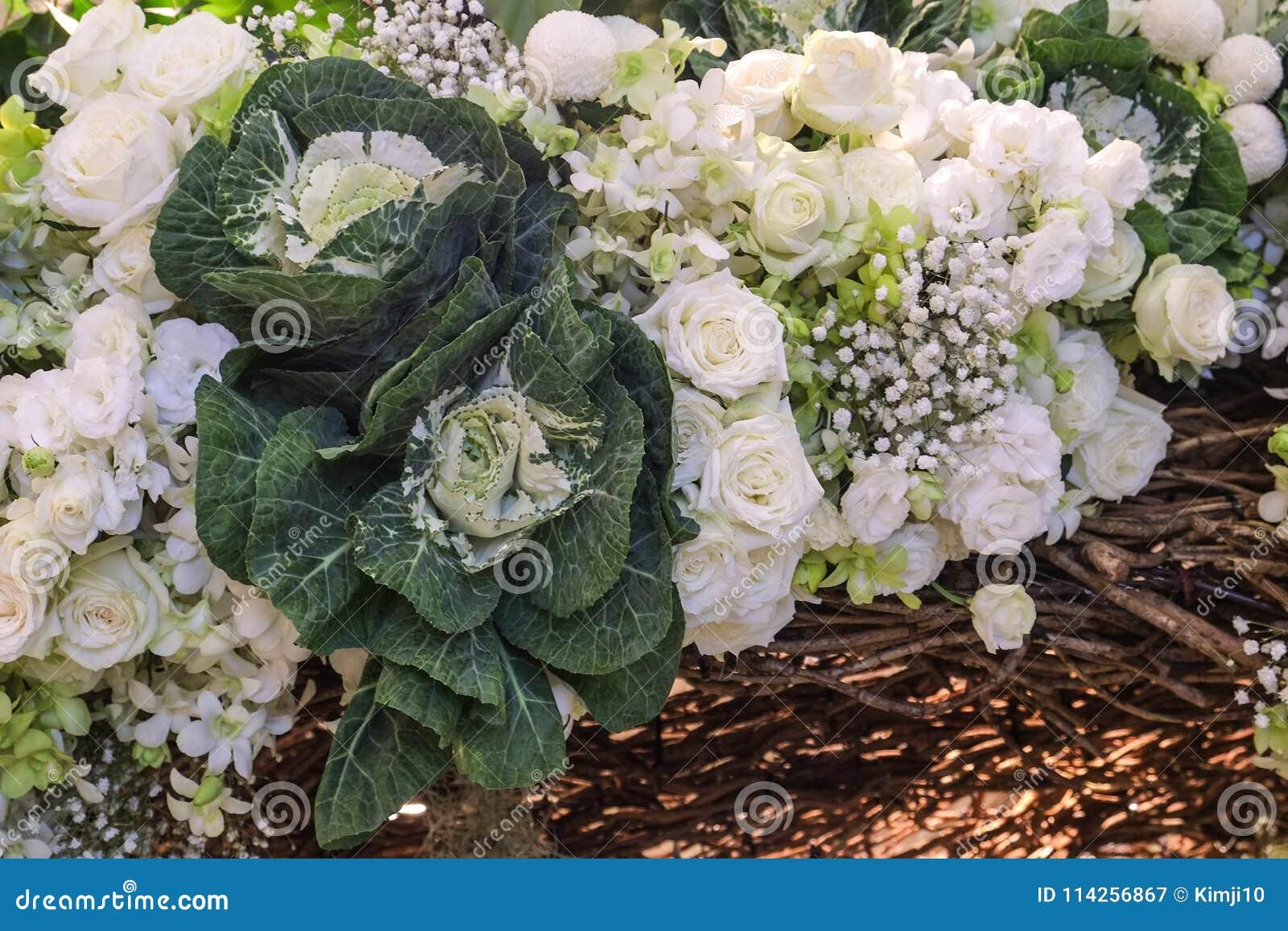 Weisse Rosen Sind Schone Blumenstrausse Stockbild Bild Von