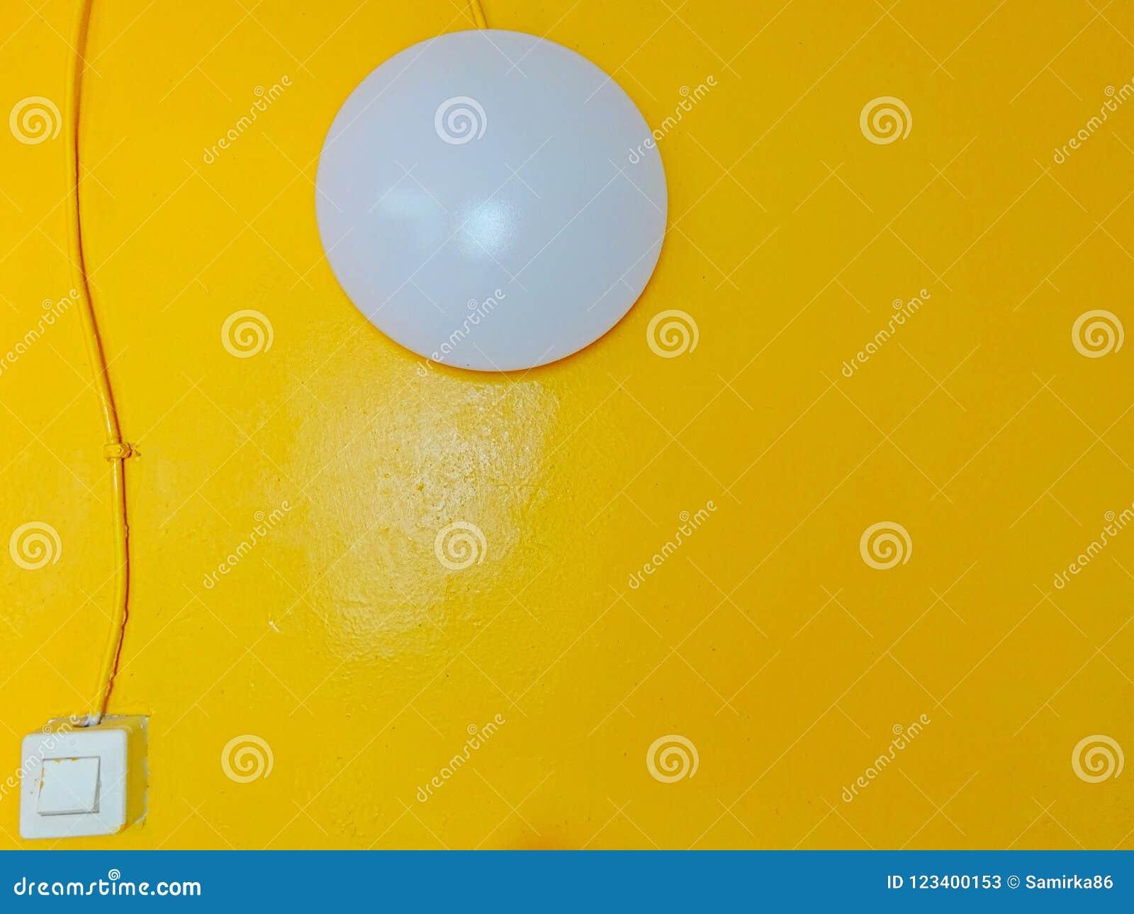 Weiße runde helle Lampe mit quadratischem Schalter