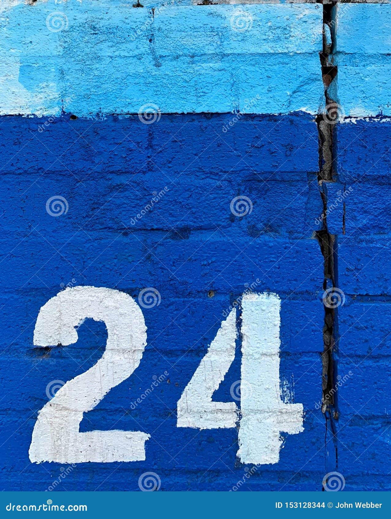 Weiße schablonierte Nr. zwanzig vier auf Wand