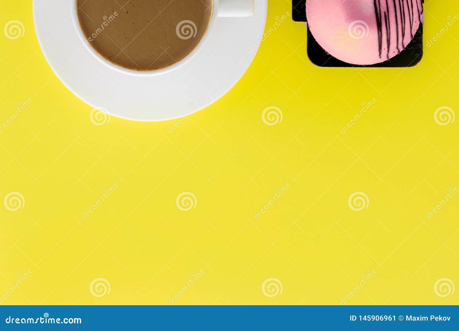 Wei?e Schale des hei?en Kaffees und des s??en Kuchens