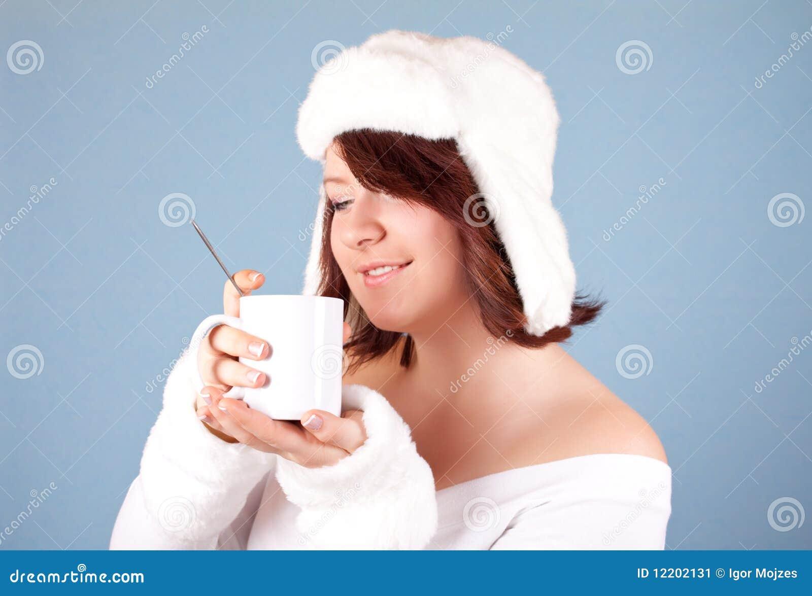 Weiße Schneekönigin mit Tasse Tee