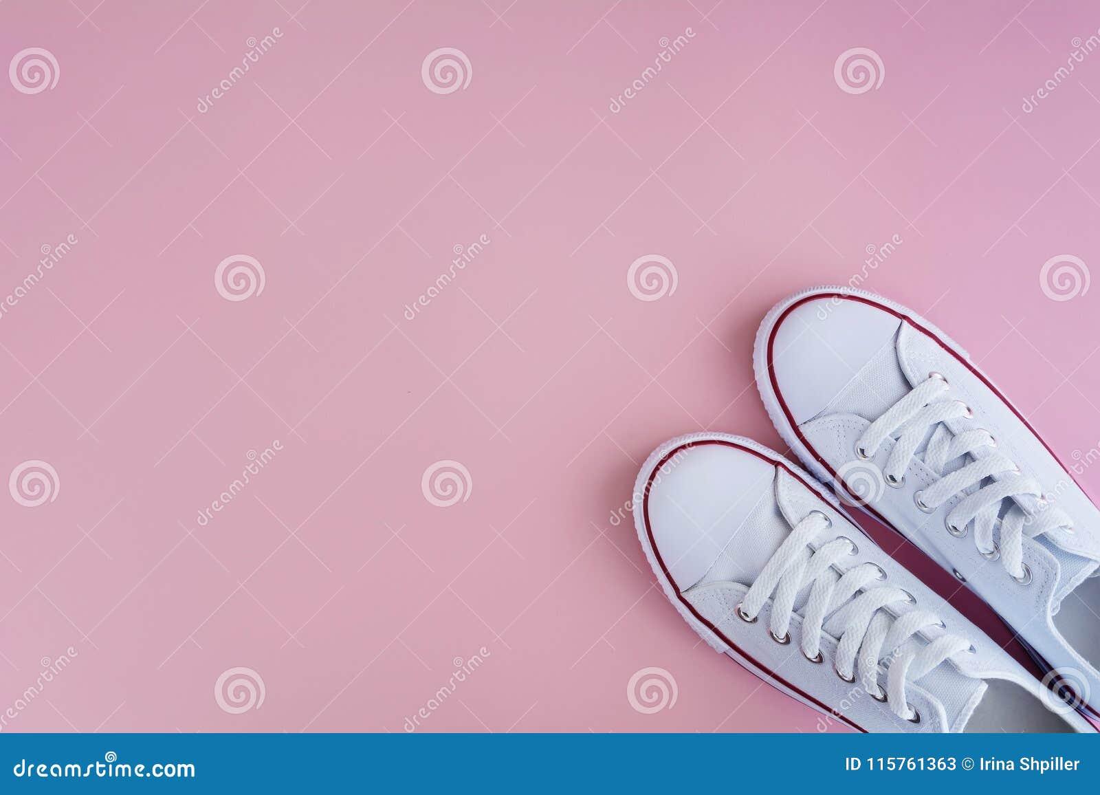 Weiße sneackers auf rosa Hintergrund