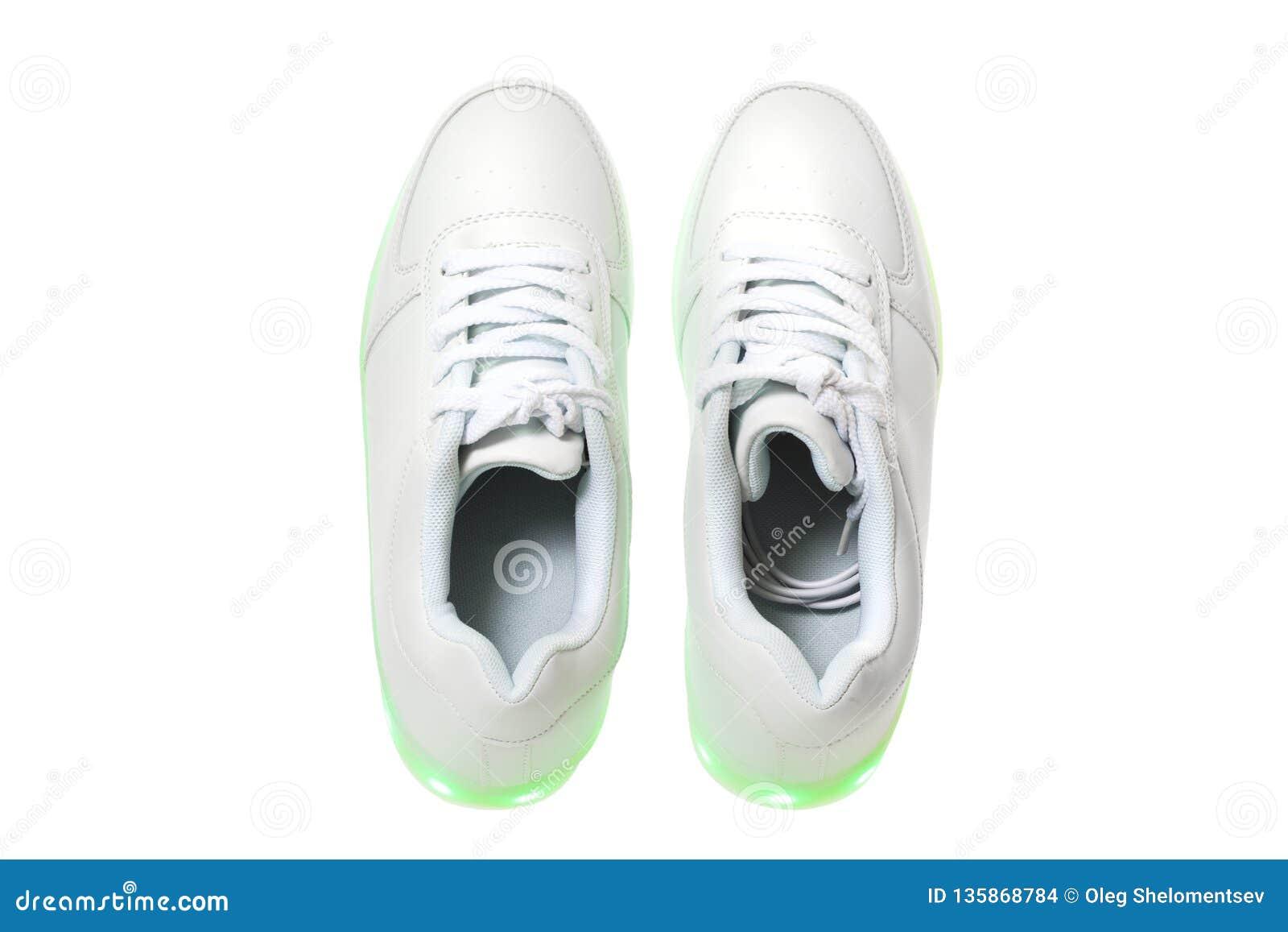 Weiße sneackers mit geführter heller Sohle