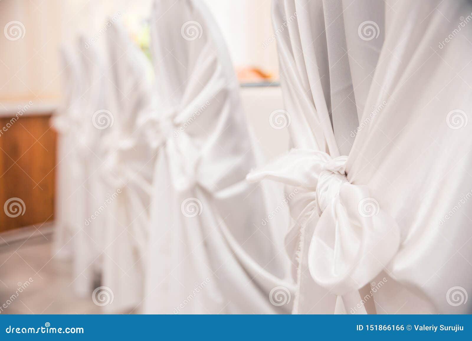 Weiße Stühle an der Hochzeit