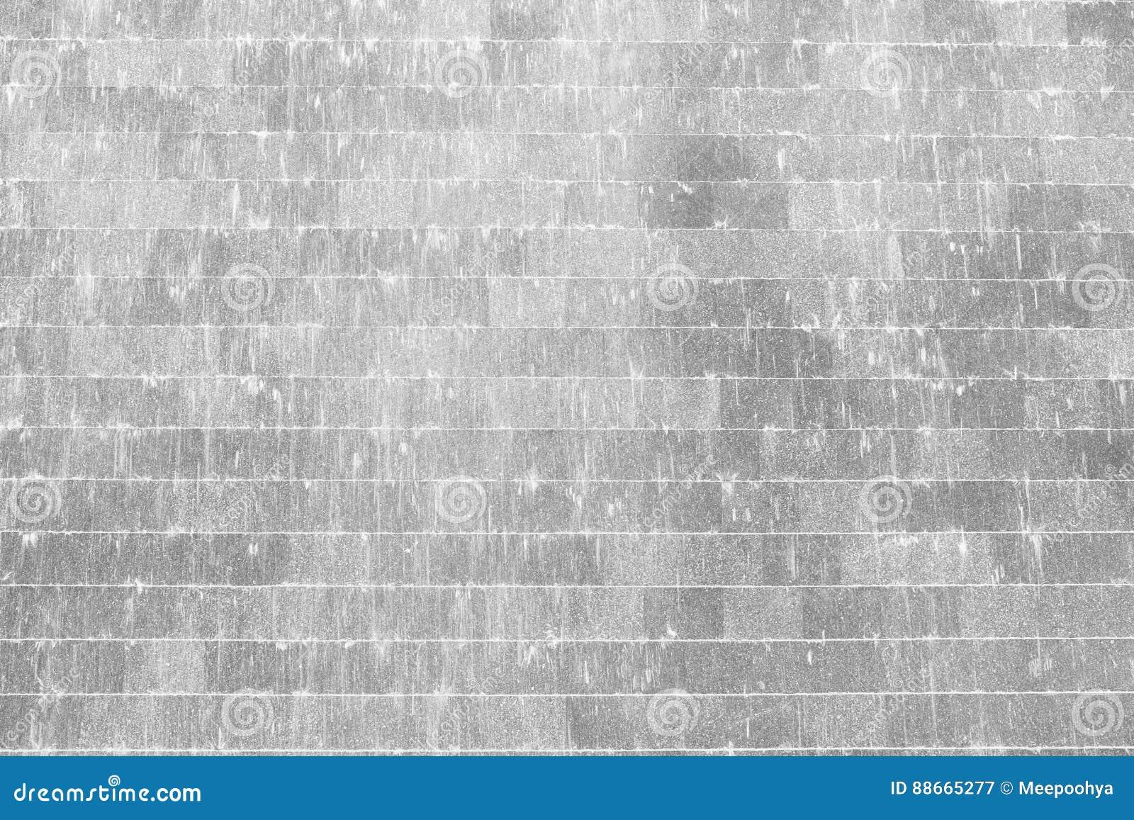 Weiße Steinwand weiße steinwand mit wasser, das unten fließt stockbild - bild von
