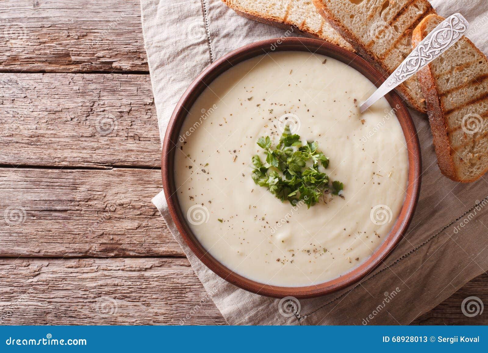 Weiße Suppe DU Barry French auf dem Tisch horizontale Draufsicht