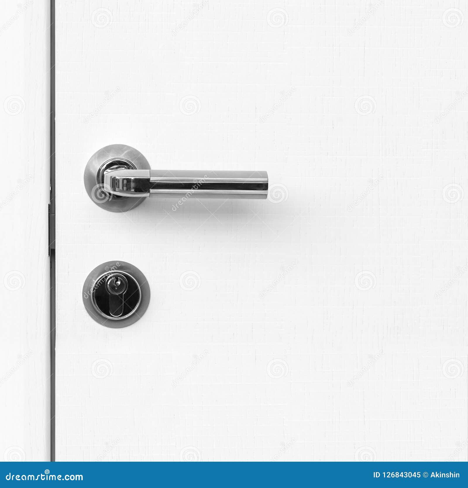 Weiße Tür des Fragments mit Griff