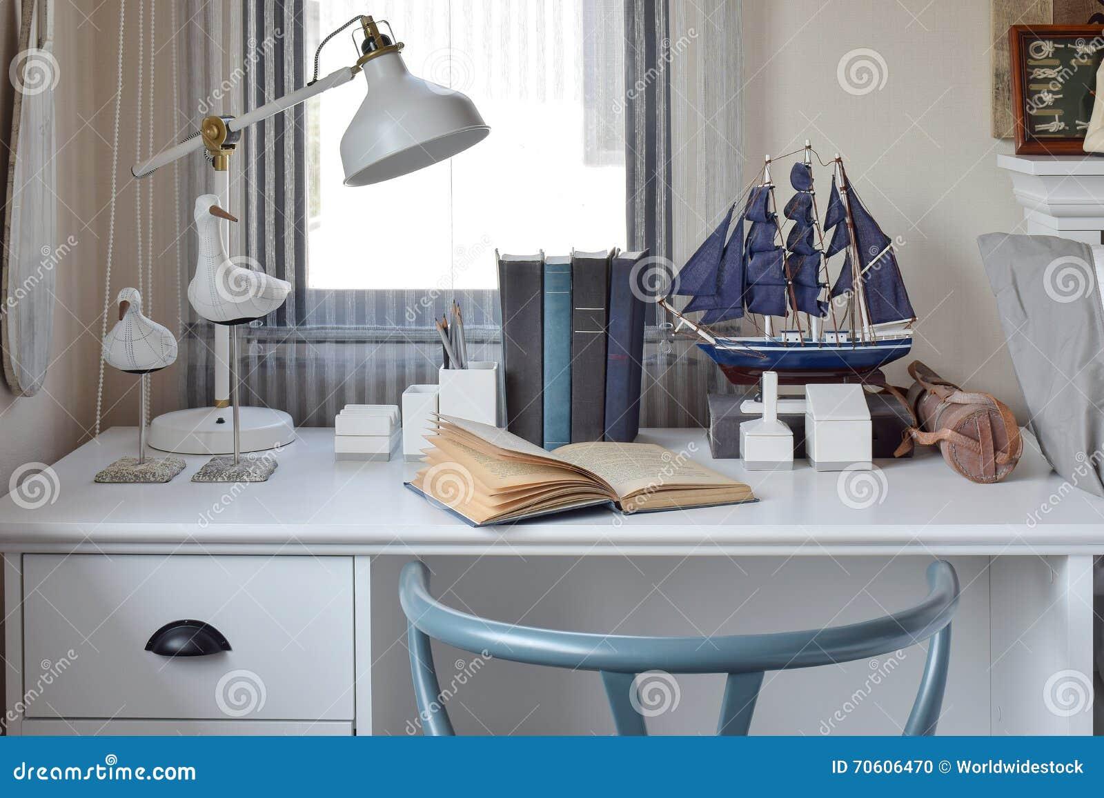 Moderne Lampen 70 : Weiße tabelle mit holzstuhlbüchern und lampe im modernen