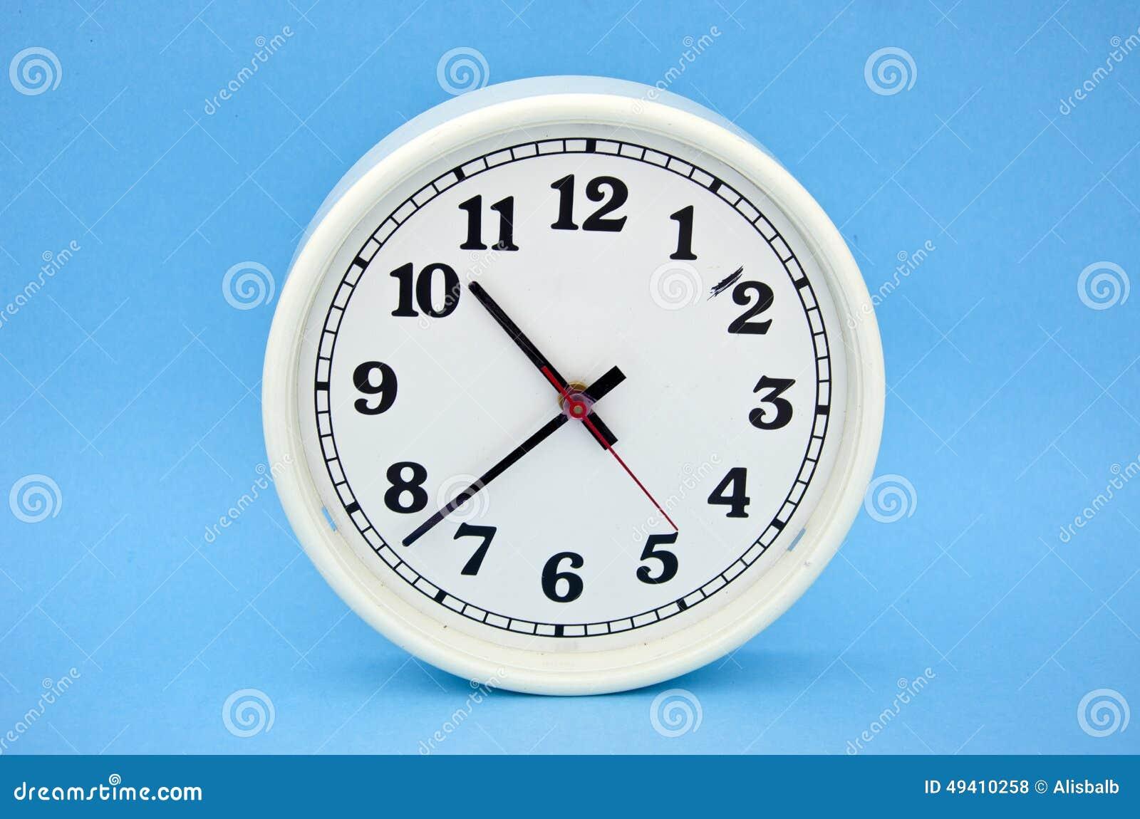 Download Weiße Uhrskala Auf Blauem Hintergrund Stockfoto - Bild von geschäft, ikone: 49410258