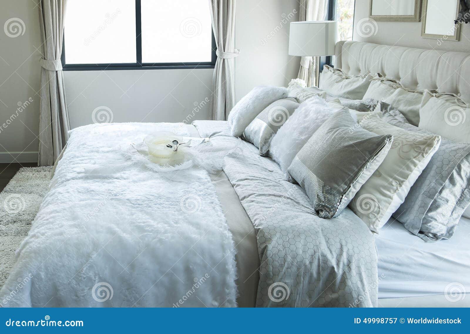 Bett Kissen weiße und graue kissen auf bett stockbild bild zeitgenössisch