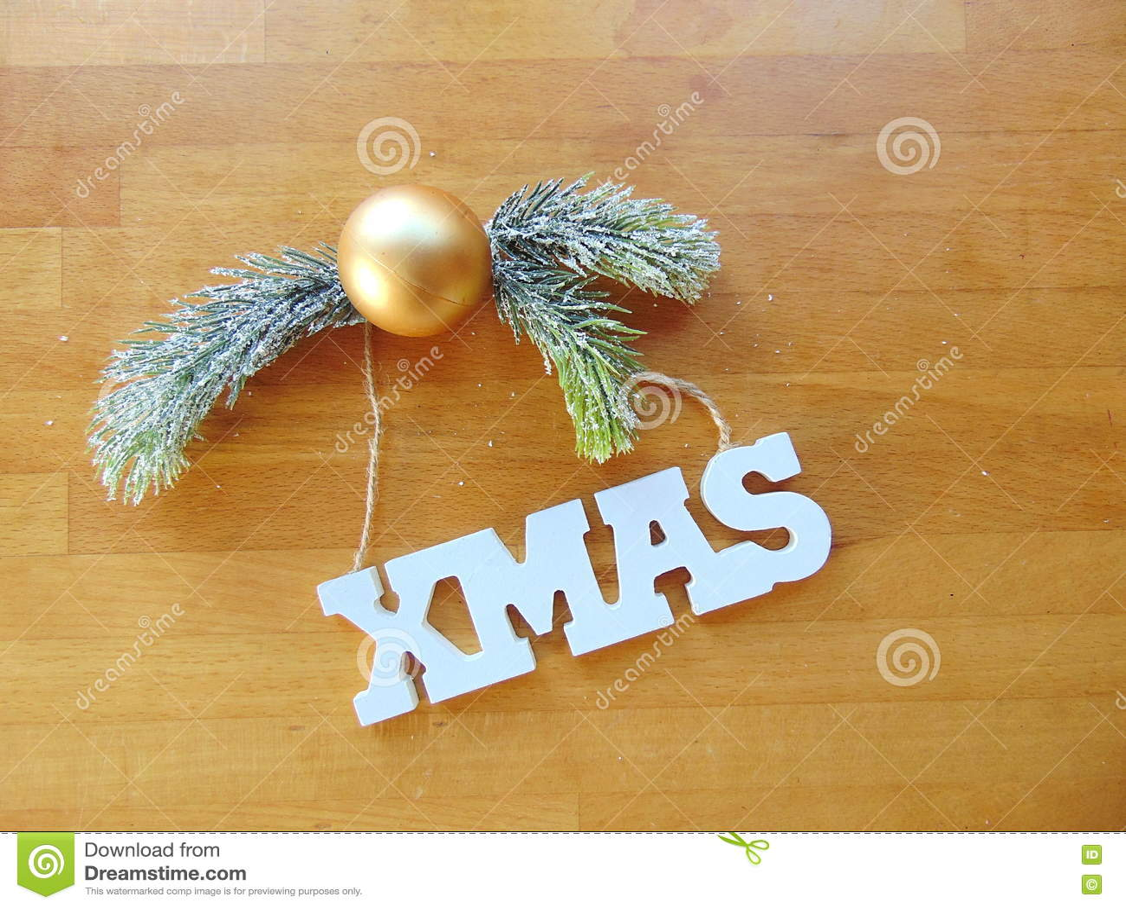 Weiße Weihnachtsbuchstaben Mit Weihnachtsball Und  Kiefer Oben
