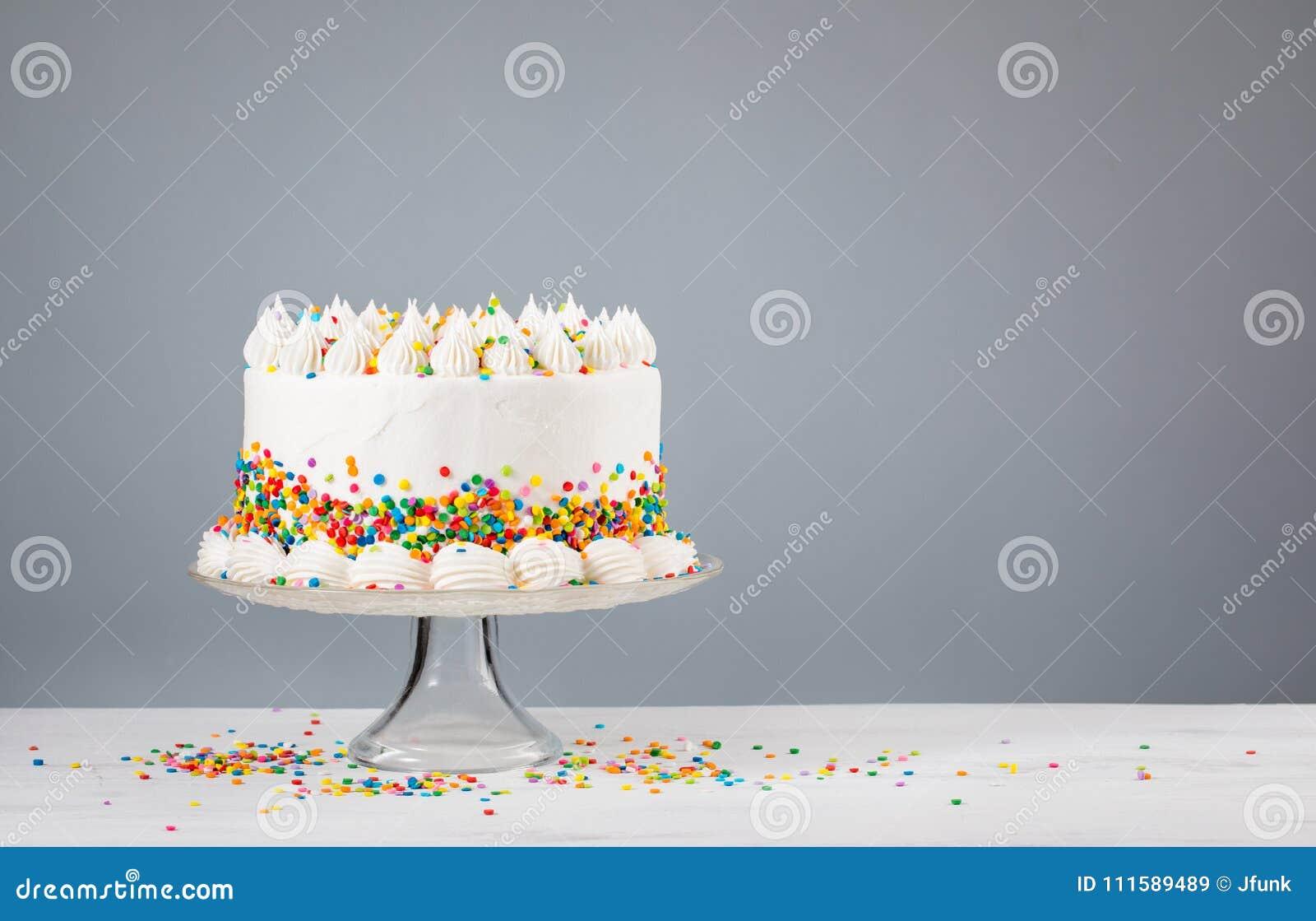 Weißer Buttercream-Geburtstags-Kuchen mit besprüht
