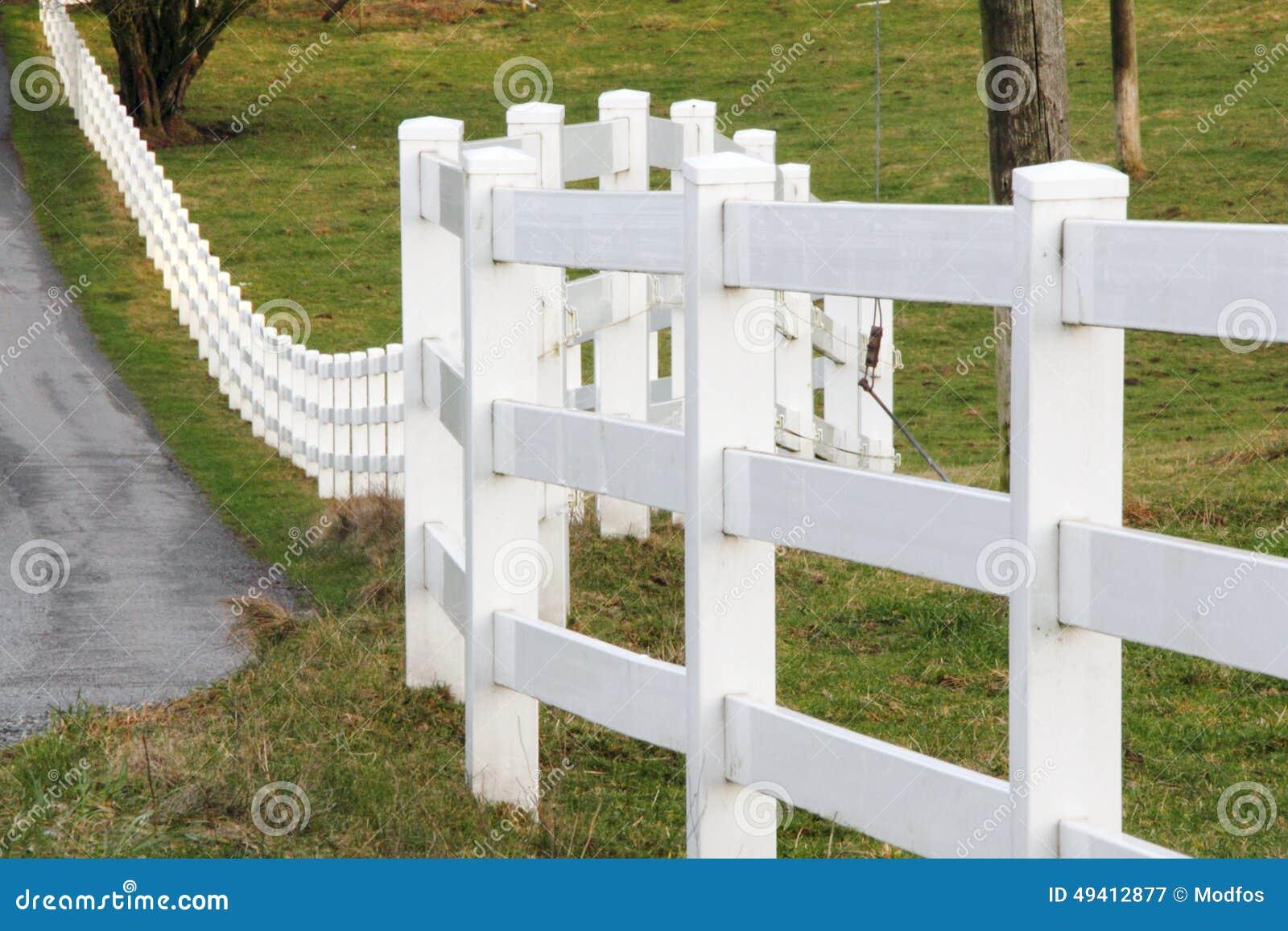 Download Weißer Eigentums-Grenzzaun stockbild. Bild von hölzern - 49412877