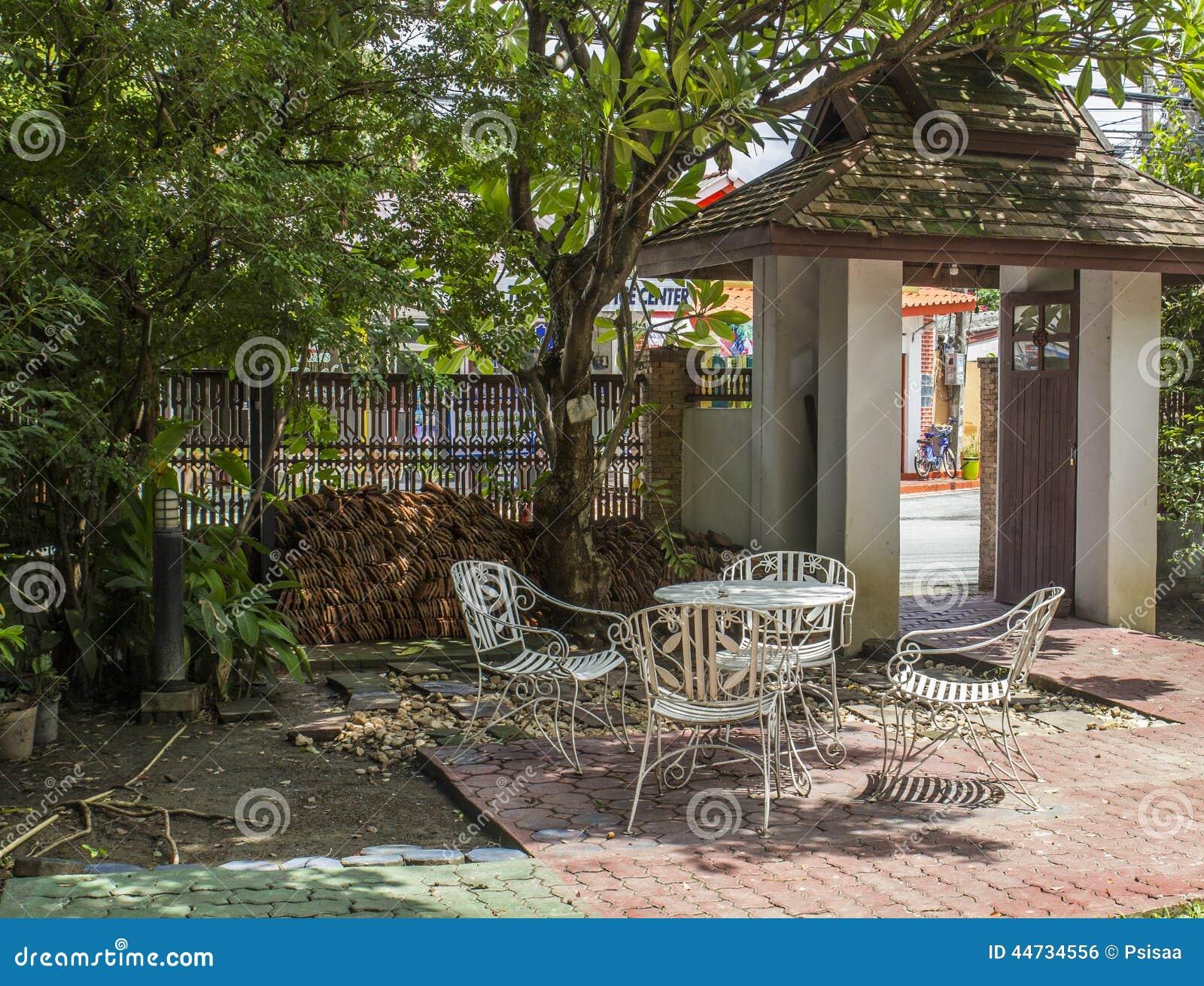 Weisser Eisenstuhl Im Garten Stockfoto Bild Von Szene Ruhig 44734556