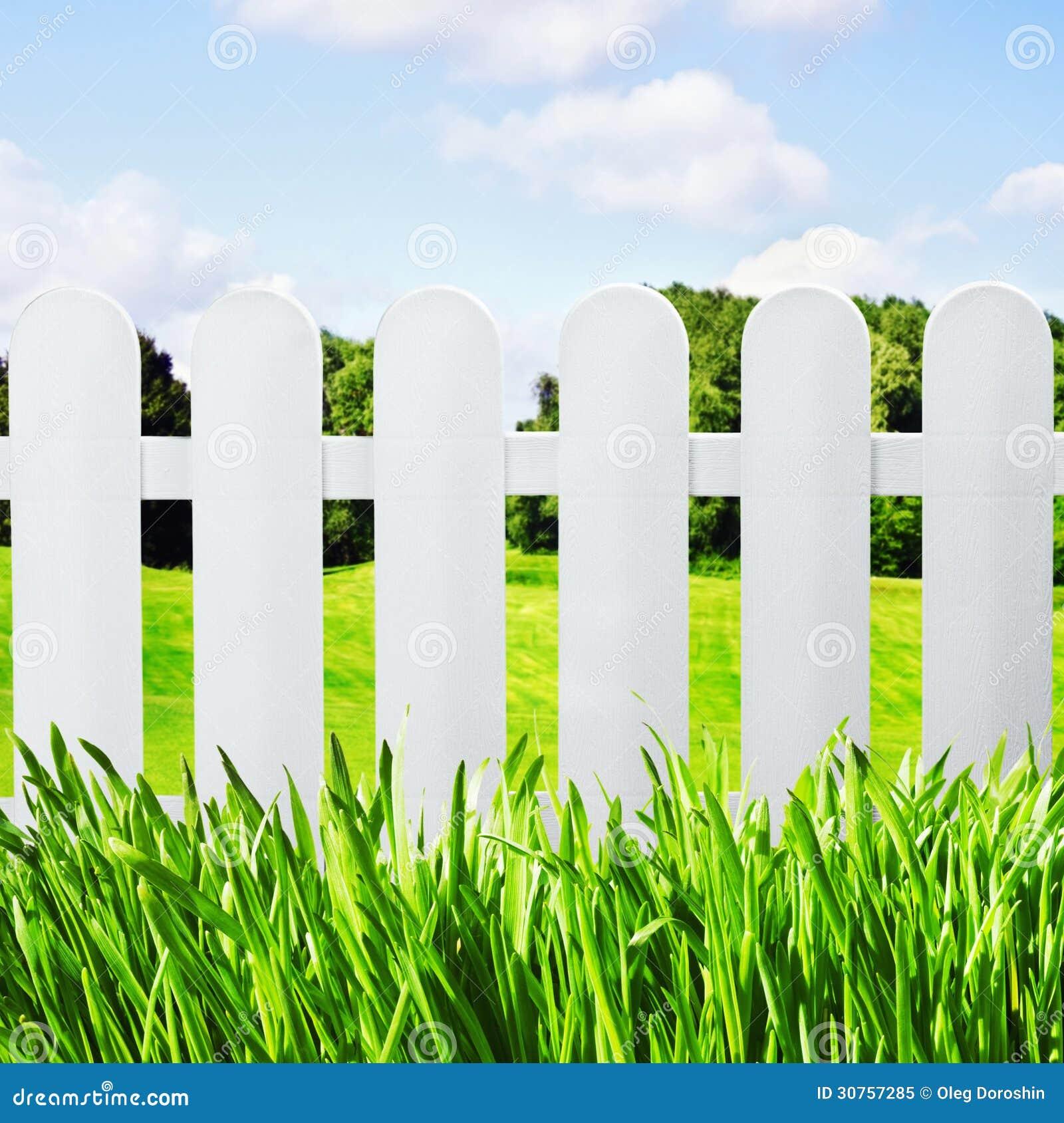 Weißer Gartenzaun Auf Dem übersehenden Rasen Lizenzfreies