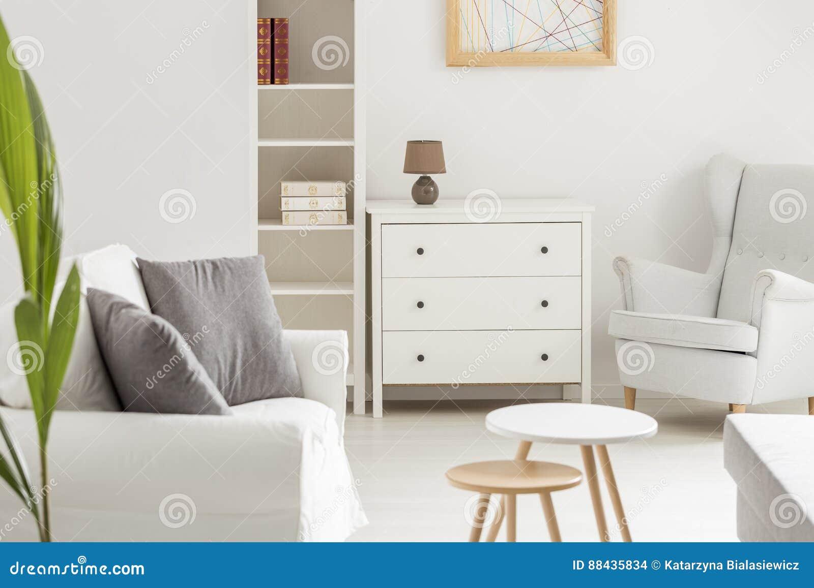 Weißer gemütlicher Raum