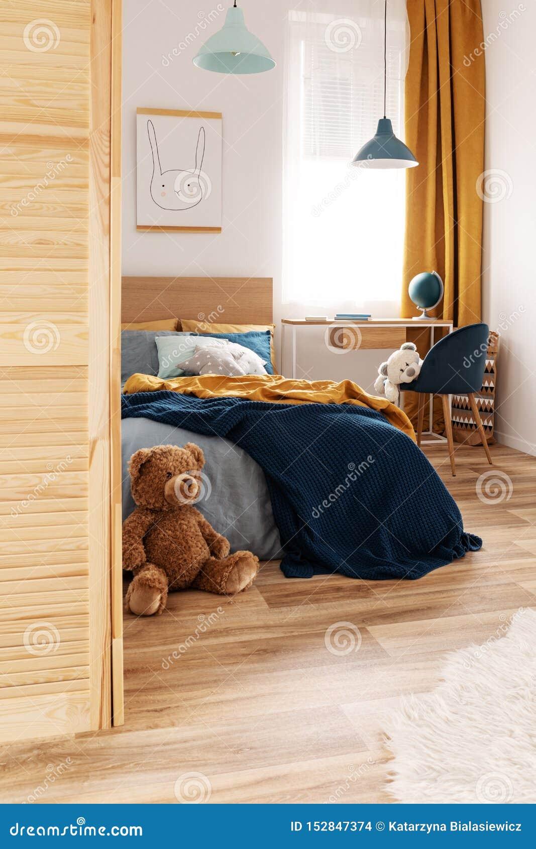 Weißer, hölzerner, blauer und orange Entwurf im hellen Schlafzimmerinnenraum
