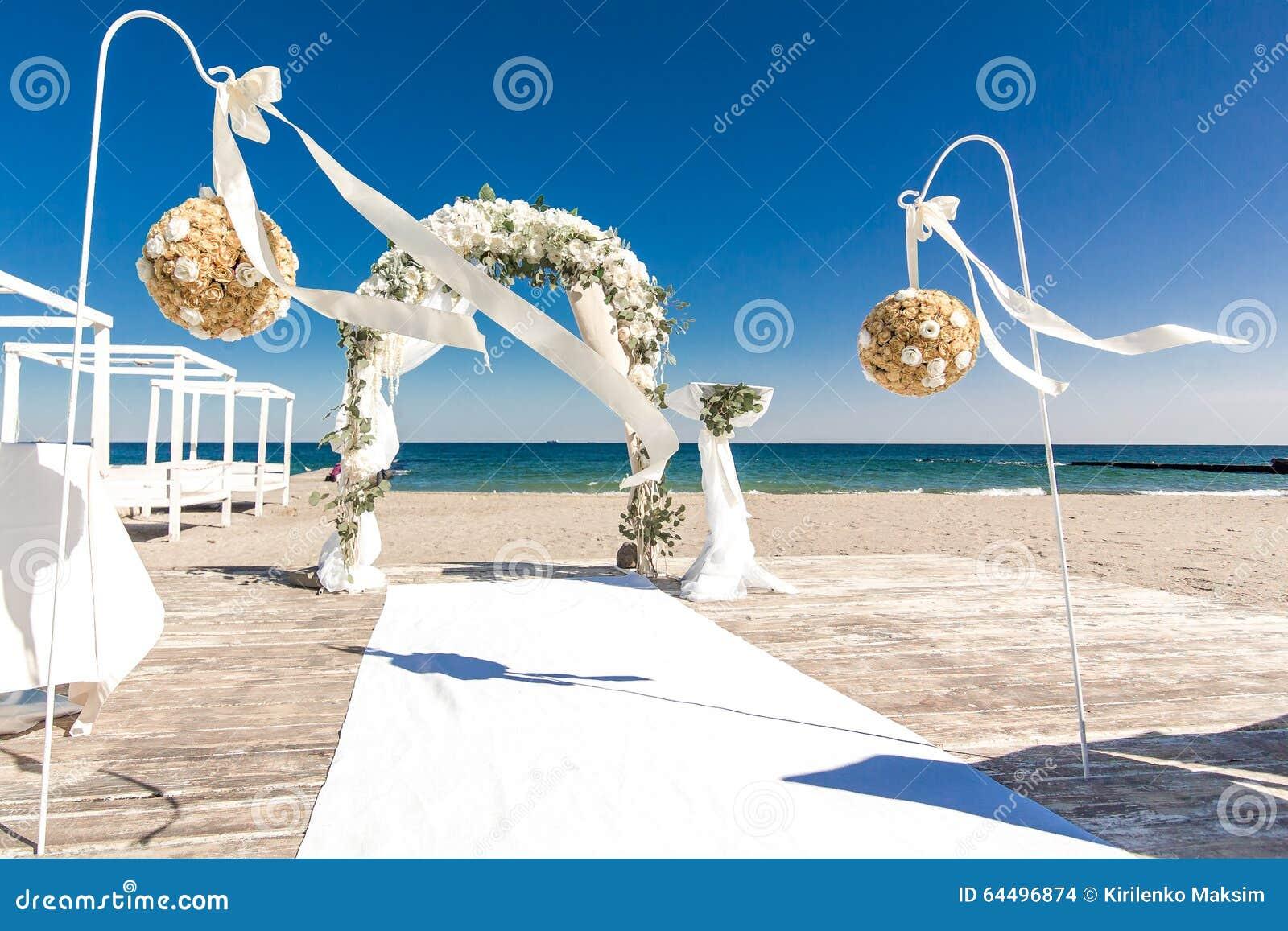 Weißer Hochzeitsbogen