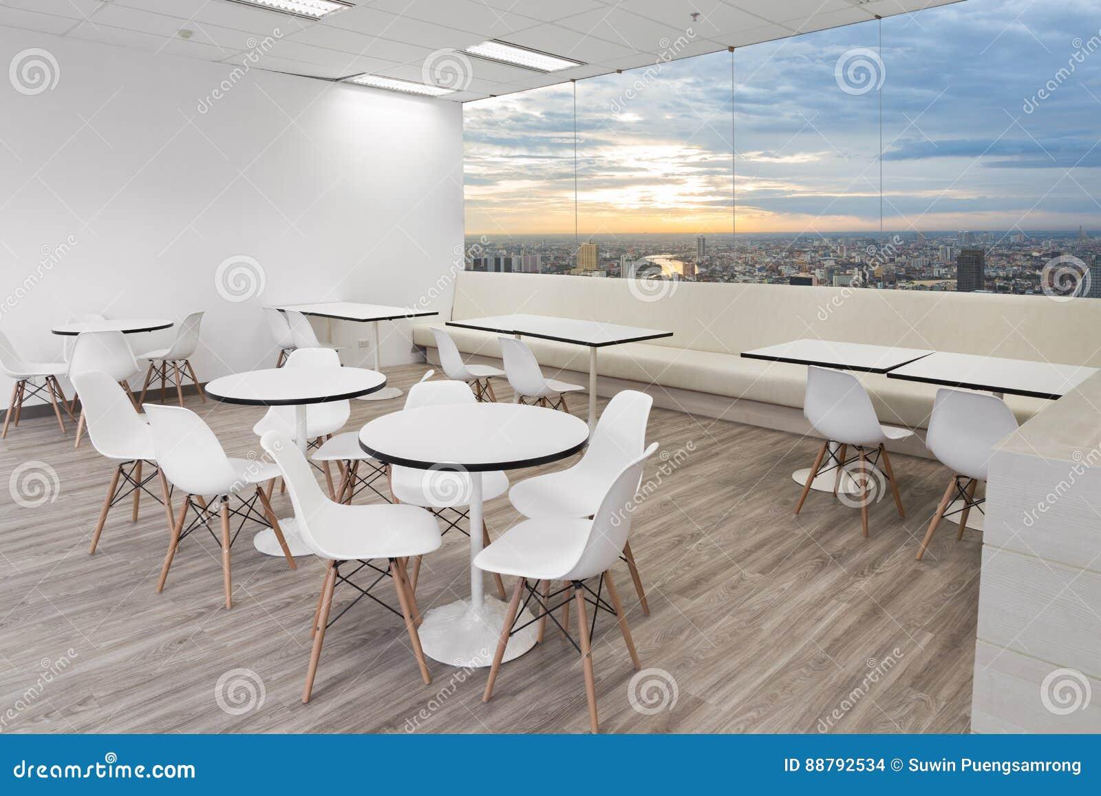Weisser Holzstuhl In Esszimmer Des Modernen Buros Mit Fenstern