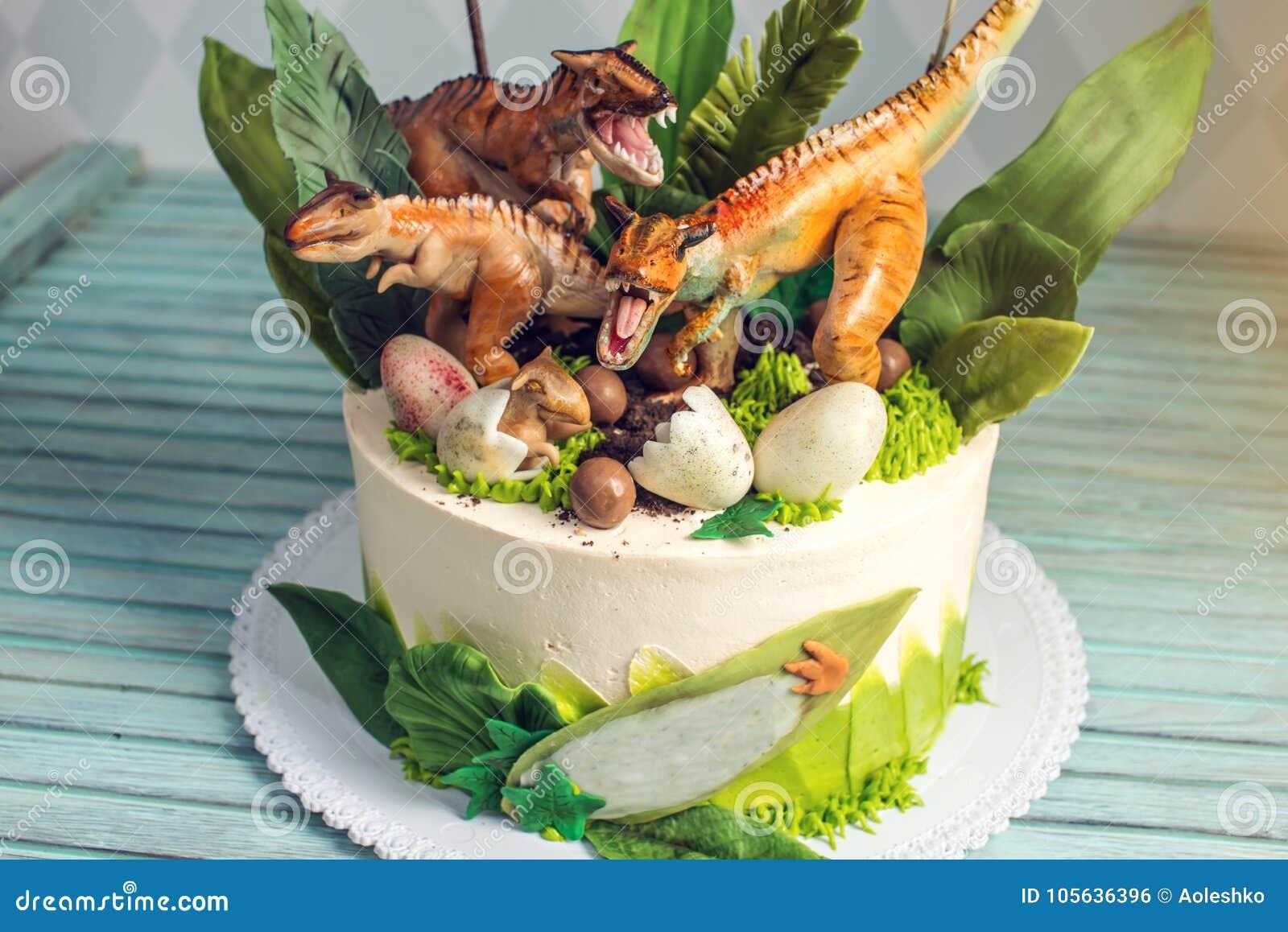 Weisser Kuchen Des Feiertags Der Kinder Verziert Mit Dinosauriern Im