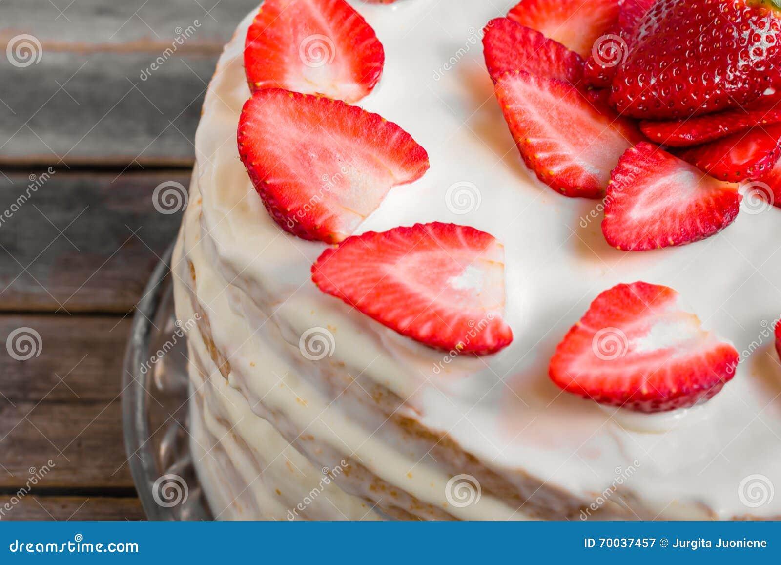 Weisser Kuchen Verziert Mit Den Erdbeeren Gesetzt Auf Einen Holztisch
