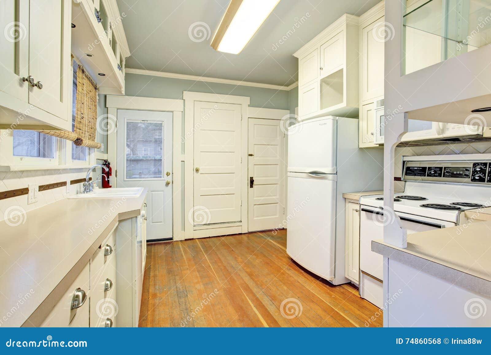 Weißer Leerer Einfacher Alter Küchenraum Mit Hartholzbodenbelag ...