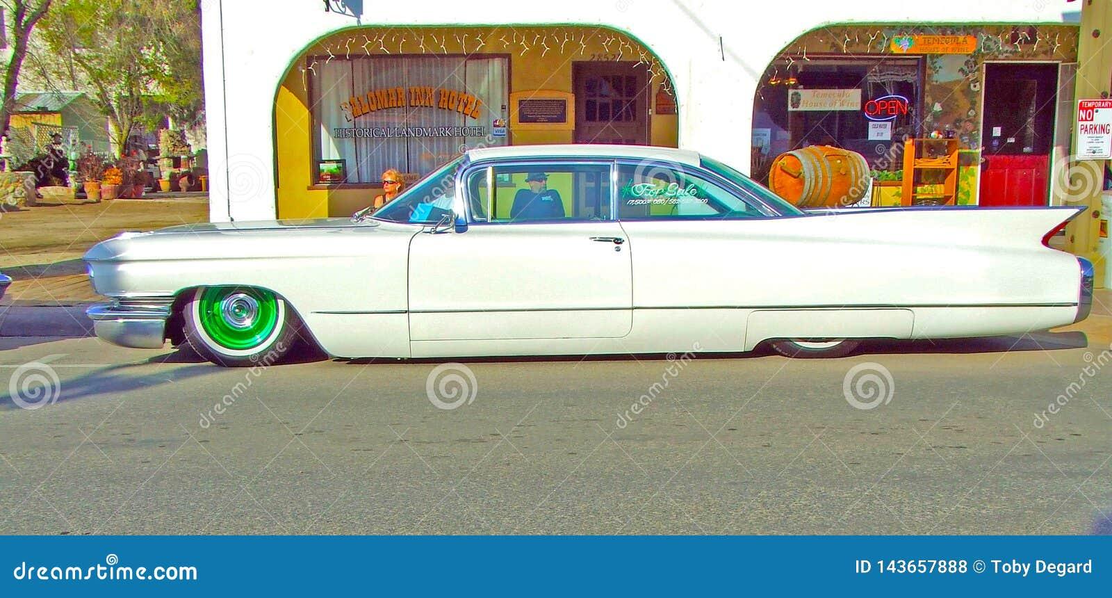 Weißer niedriger Rider Cadillac