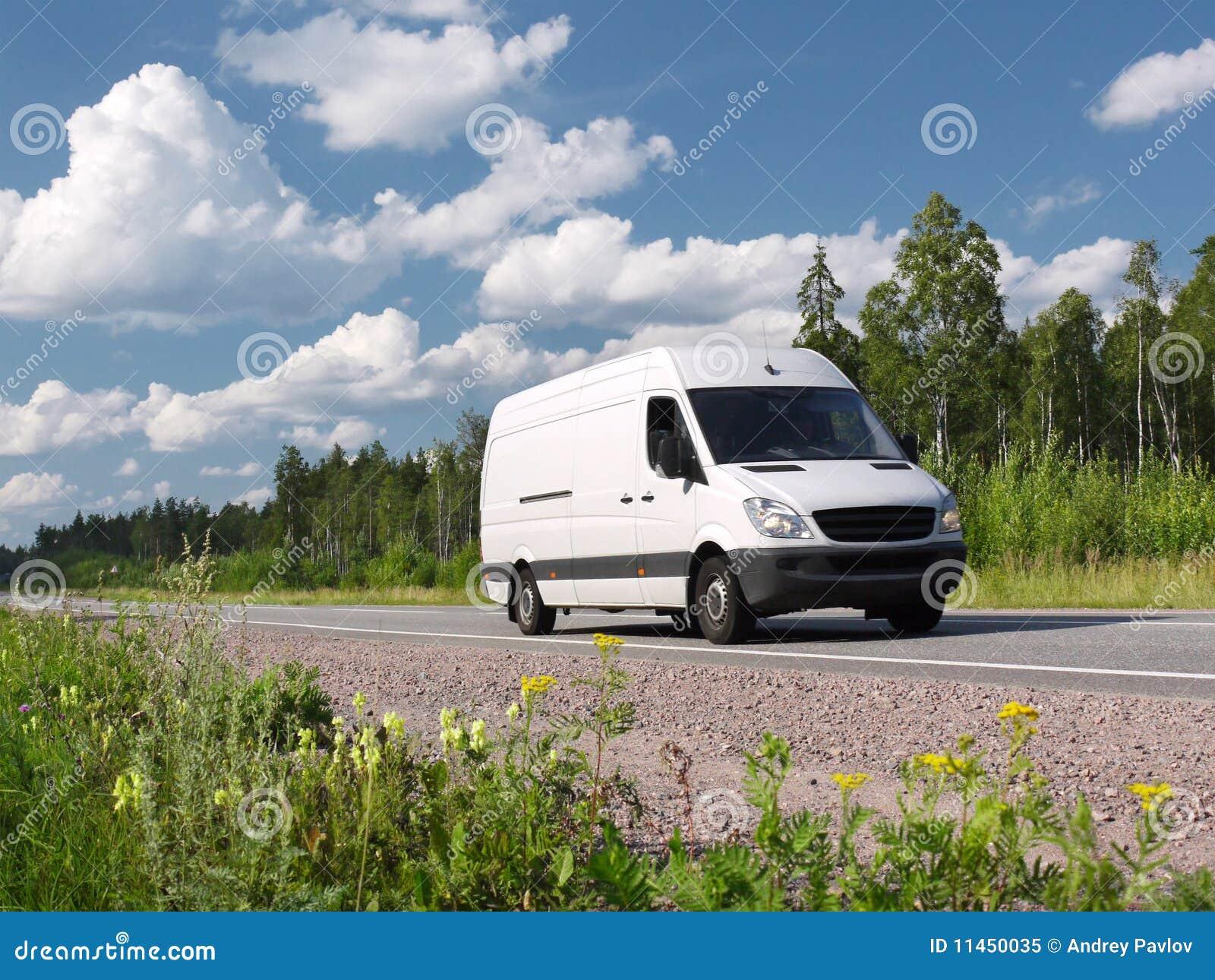 Weißer Packwagen auf landwirtschaftlicher Datenbahn