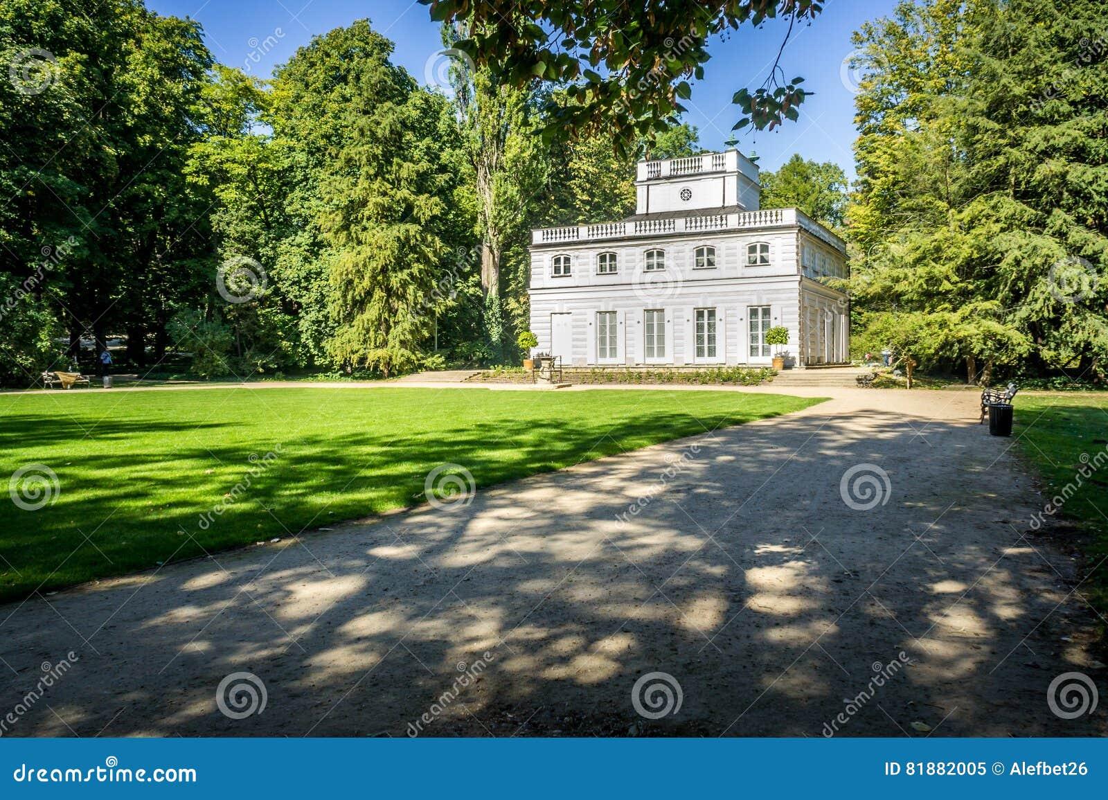Weißer Pavillon In Lazienki Park Warschau Redaktionelles Bild