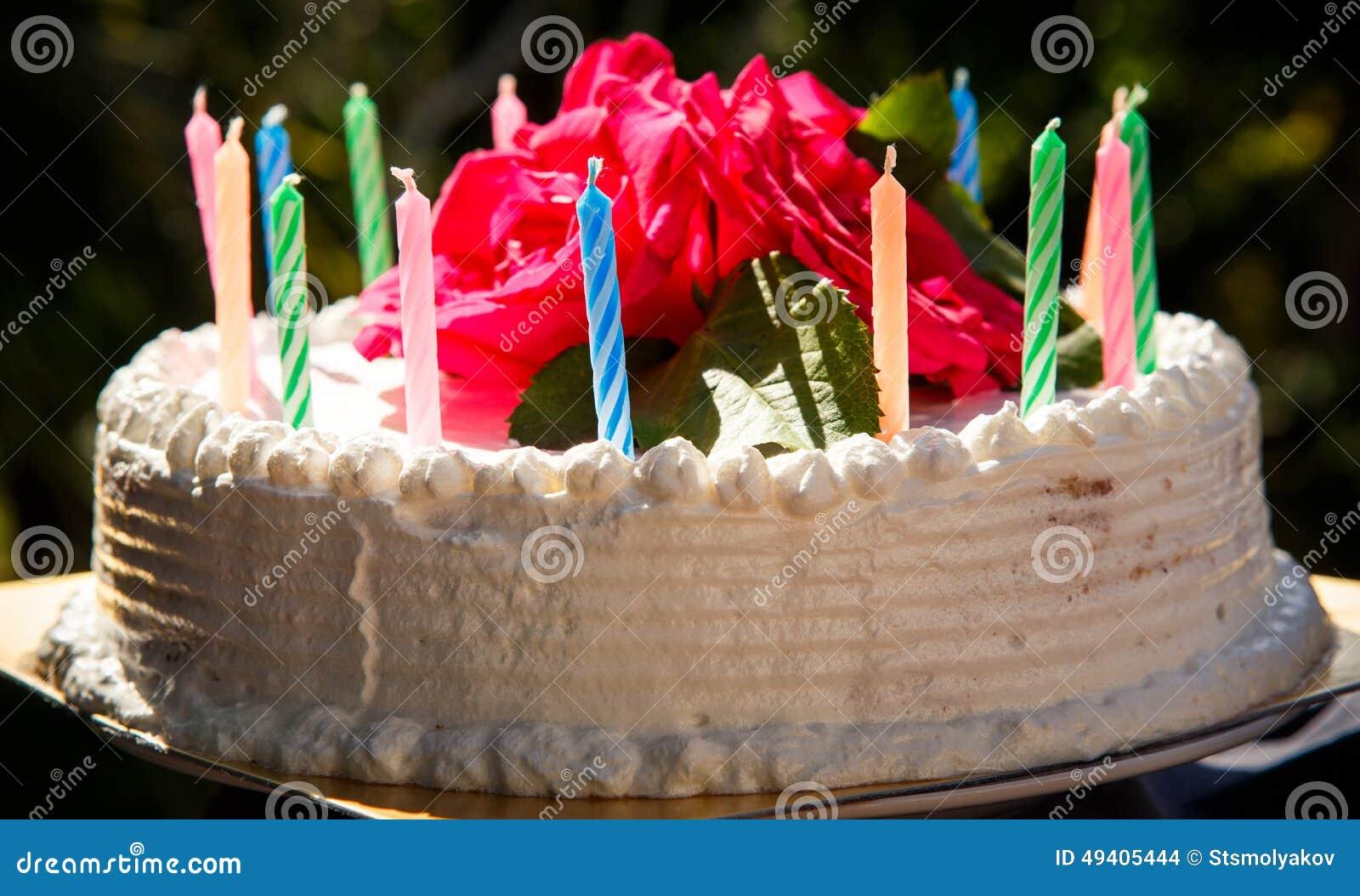 Download Weißer Sahniger Köstlicher Kuchen Mit Kerzennahaufnahme Stockfoto - Bild von süßigkeiten, blumenstrauß: 49405444