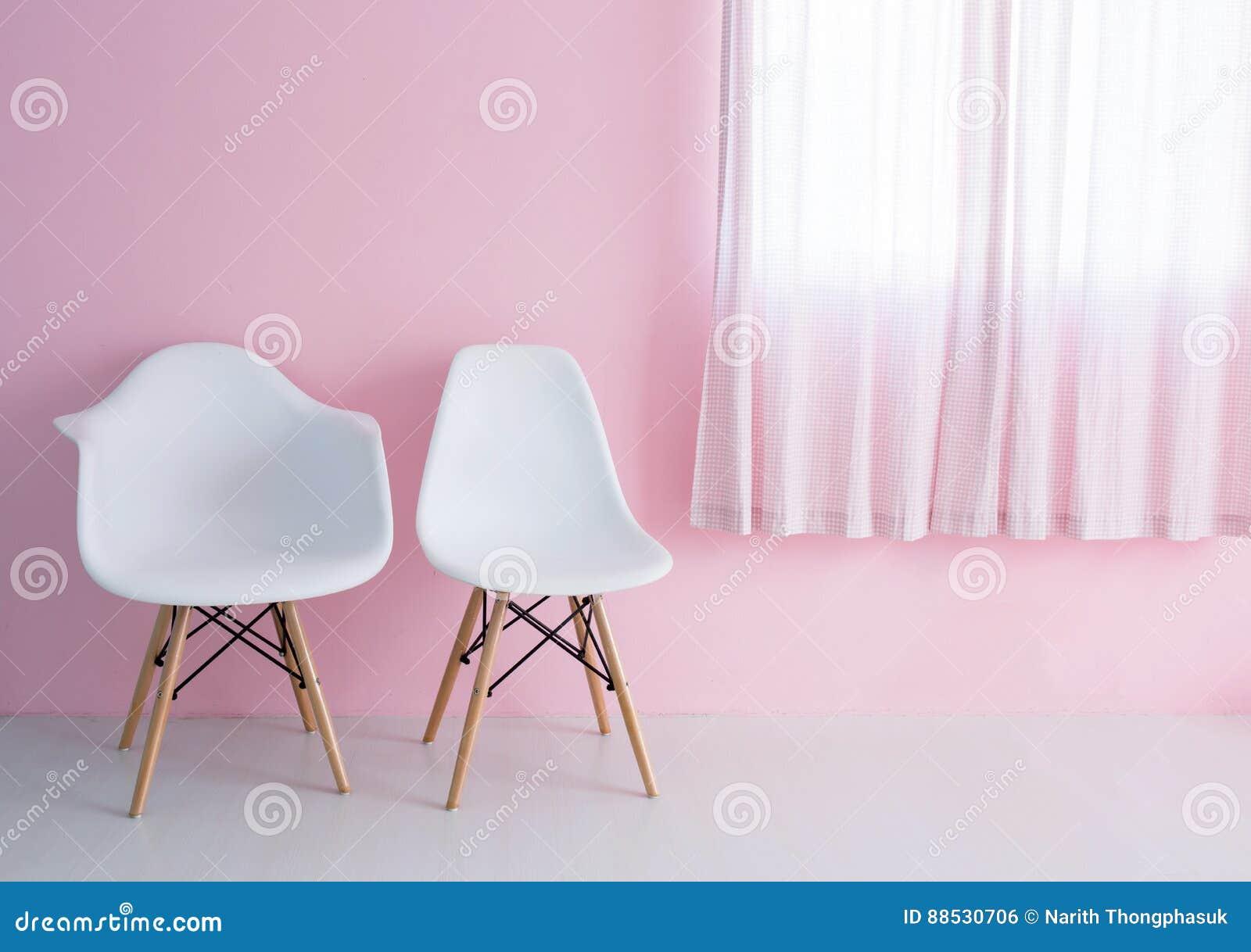 Weißer Stuhl über Rosa Wand Im Modernen Raum Des Hippies Stockfoto