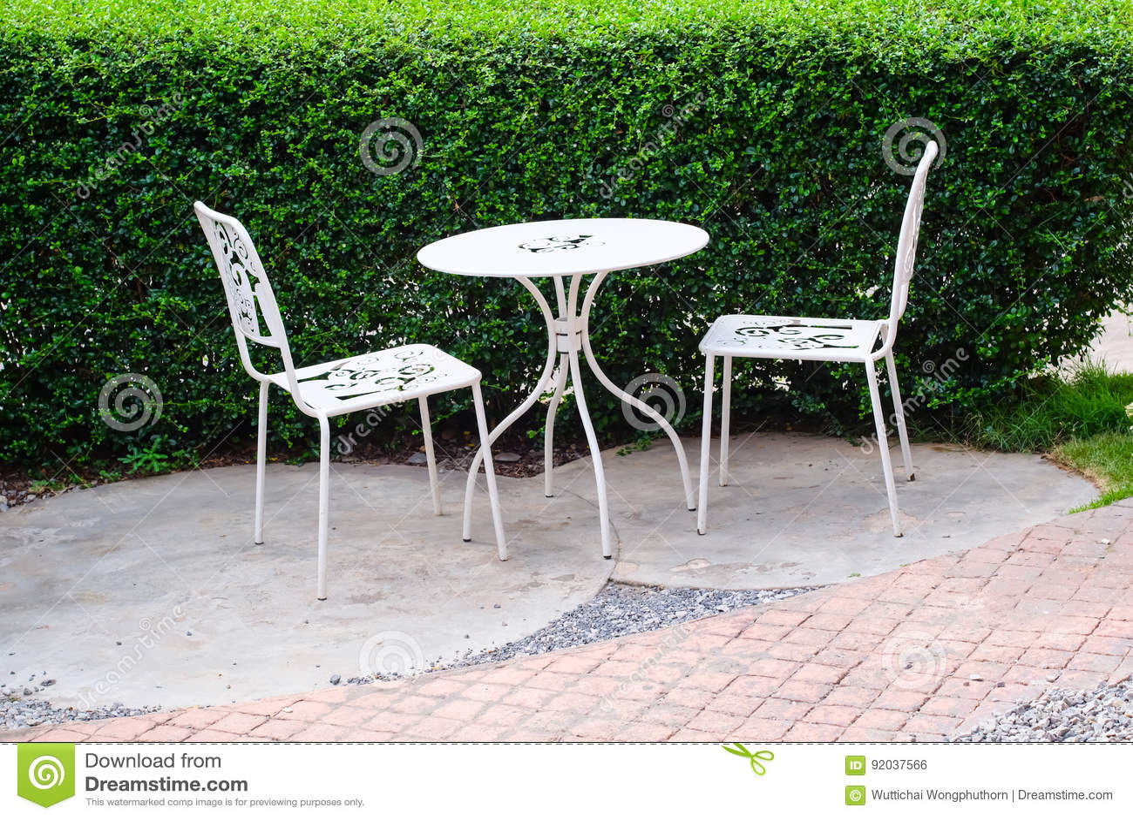 Weißer Stuhl Und Weiße Tabelle Im Garten Stockfoto Bild Von Gras