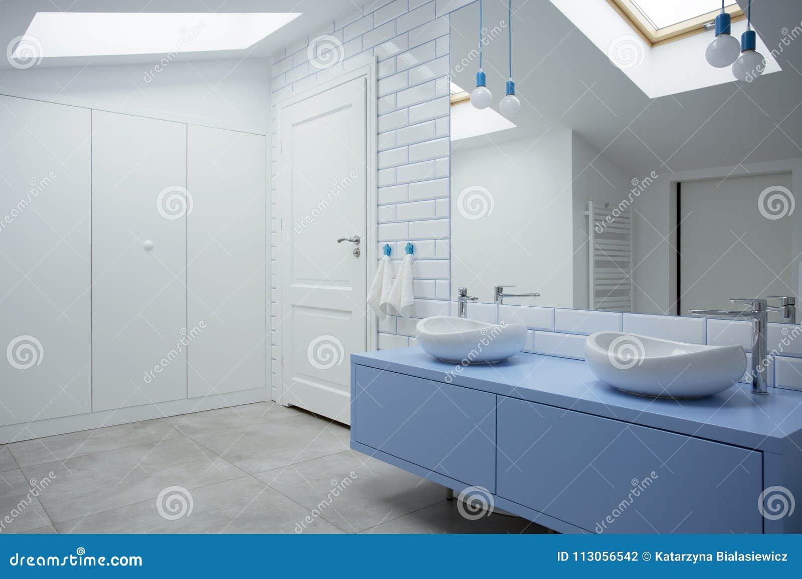 Weißer und blauer Badezimmerinnenraum