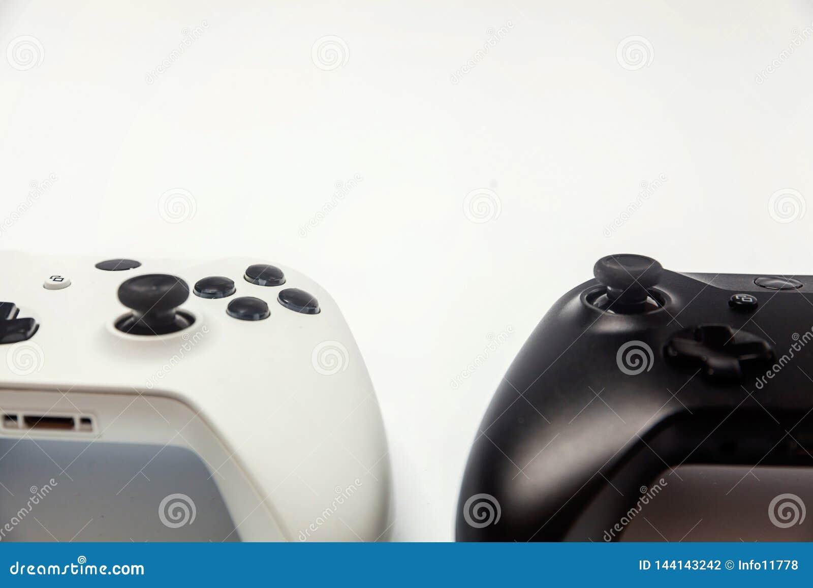 Weißer und schwarzer Steuerknüppel zwei auf weißem Hintergrund Computerspieltechnologiespielwettbewerbsvideospielsteuerkonfrontat