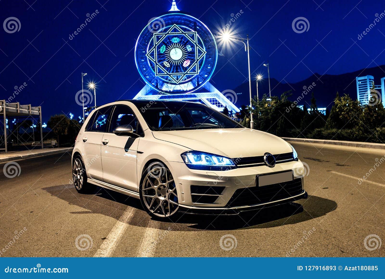 Weißer VW spielen am Abend nahe bei dem Riesenrad Golf Ansicht von der Ecke