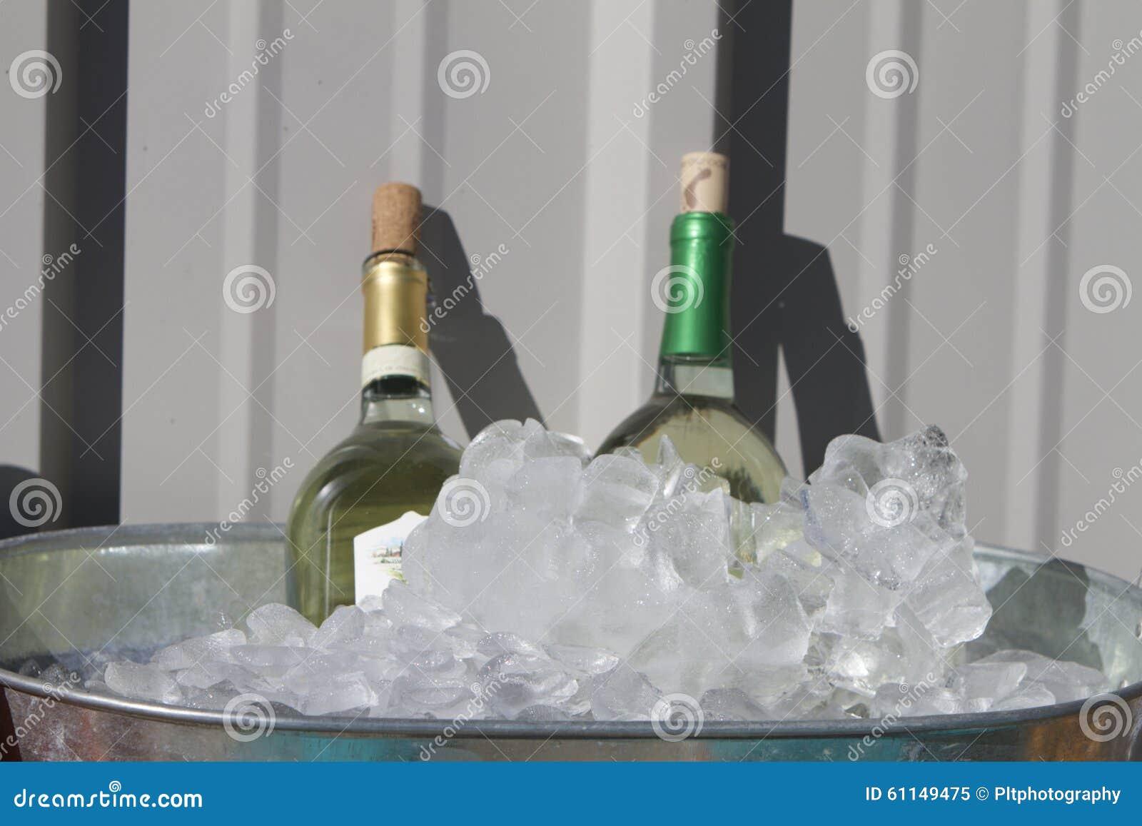 Weißer Wein auf Eis