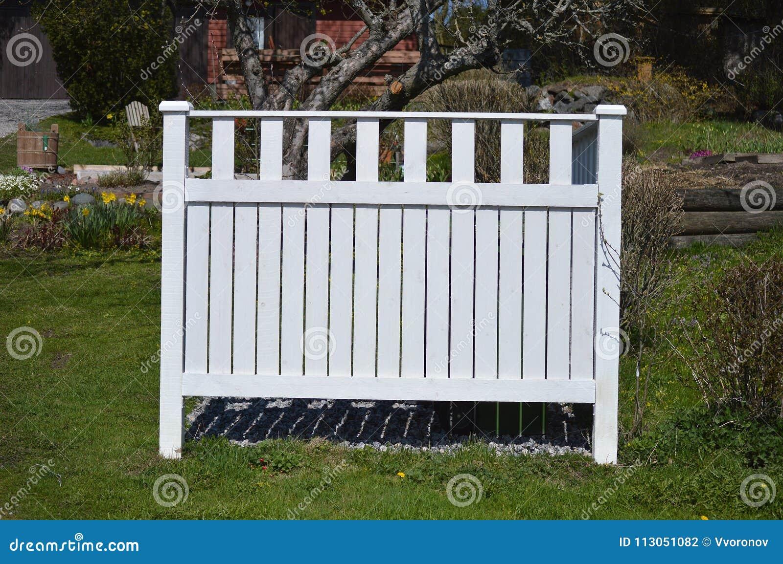 weißer zaun stockfoto. bild von holz, sonnig, gras, zeile - 113051082
