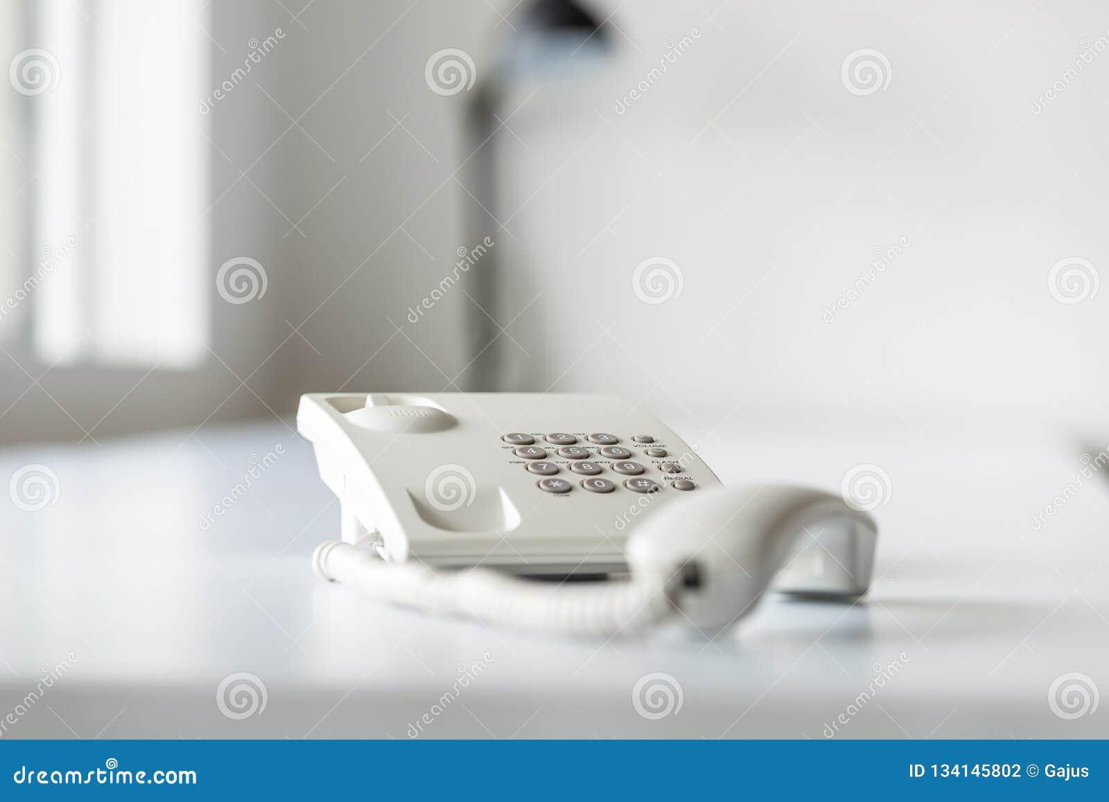 Weißes Überlandleitungstelefon mit Hörer off-line