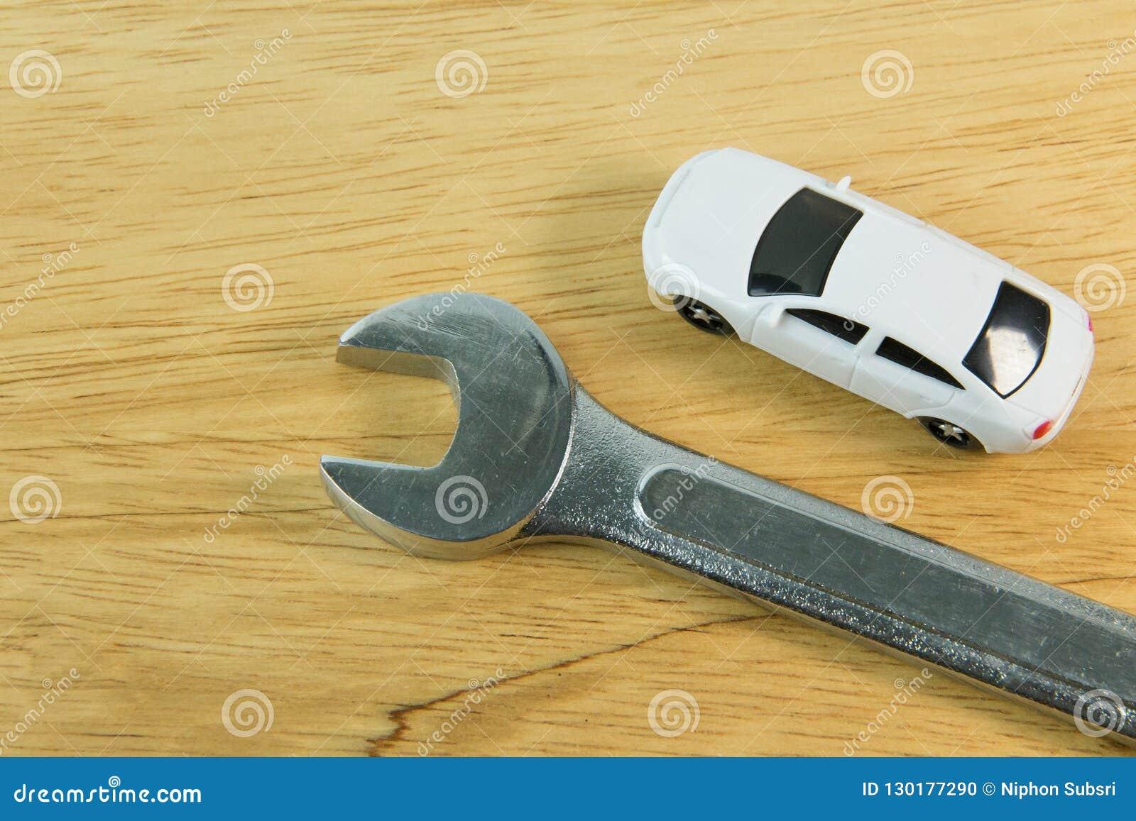 Weißes Autospielzeug auf hölzernem Tabellenbildabschluß oben