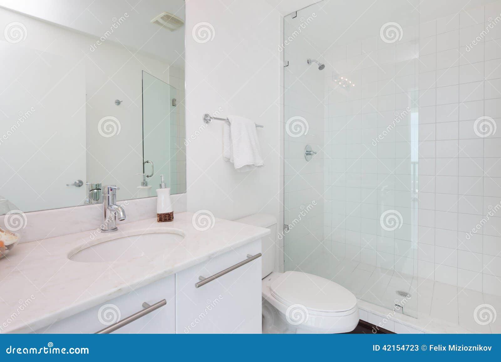 Weißes Badezimmer stockbild. Bild von badezimmer, weiß - 42154723