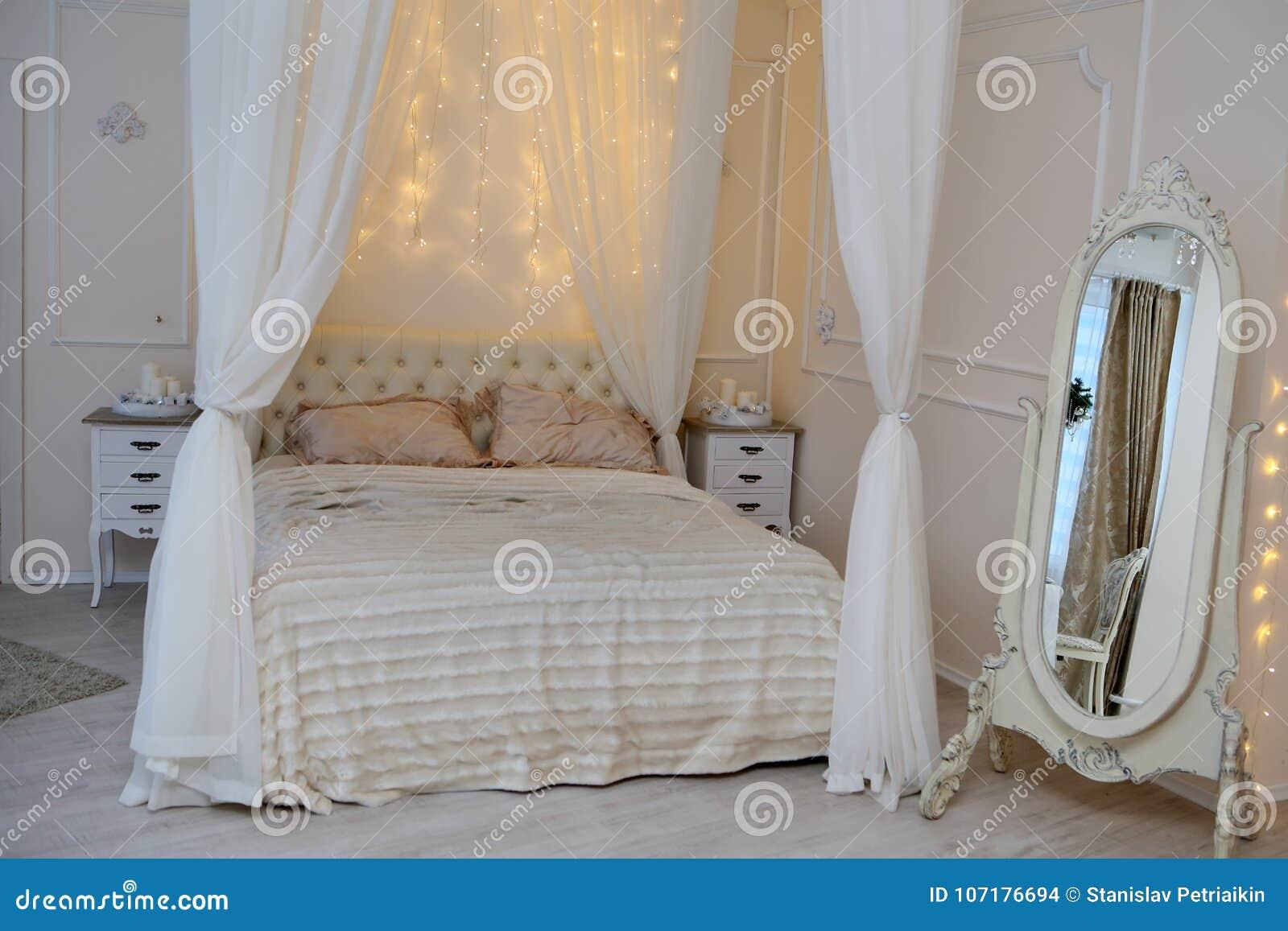Weißes Bett Und Glänzende Lichter Im Schlafzimmer Stockfoto - Bild ...
