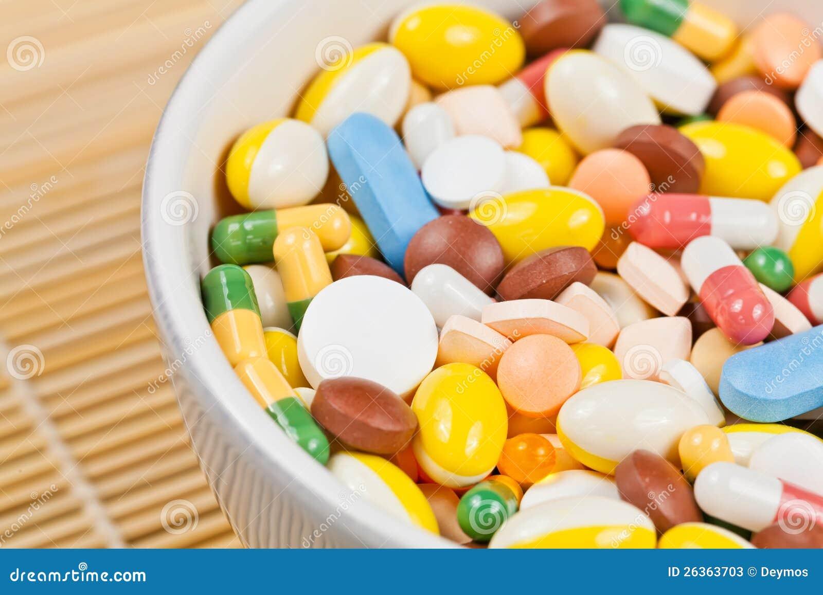 Weißes Cup füllte mit Medizinpillen
