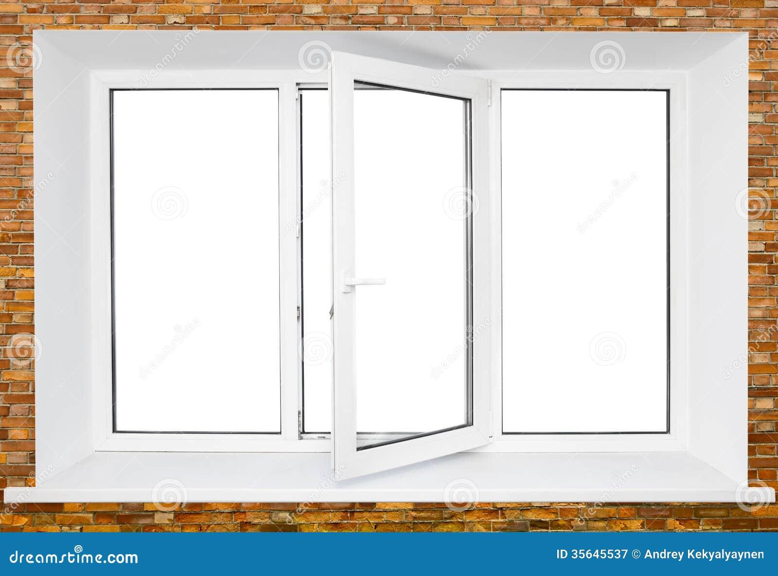 Weißes dreifaches Türplastikfenster auf Backsteinmauer