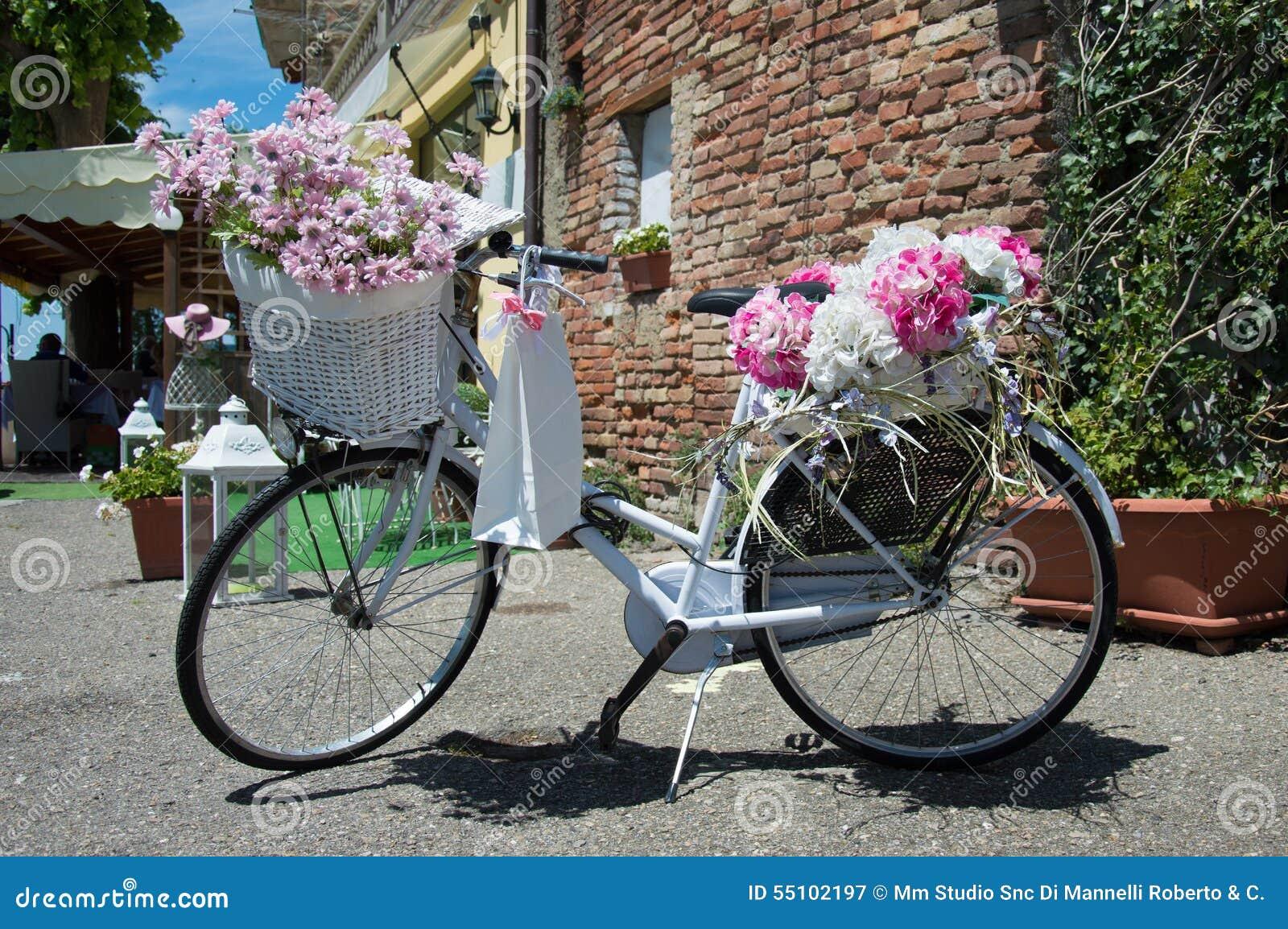 Weißes Fahrrad klassisch mit Blumendekorationen