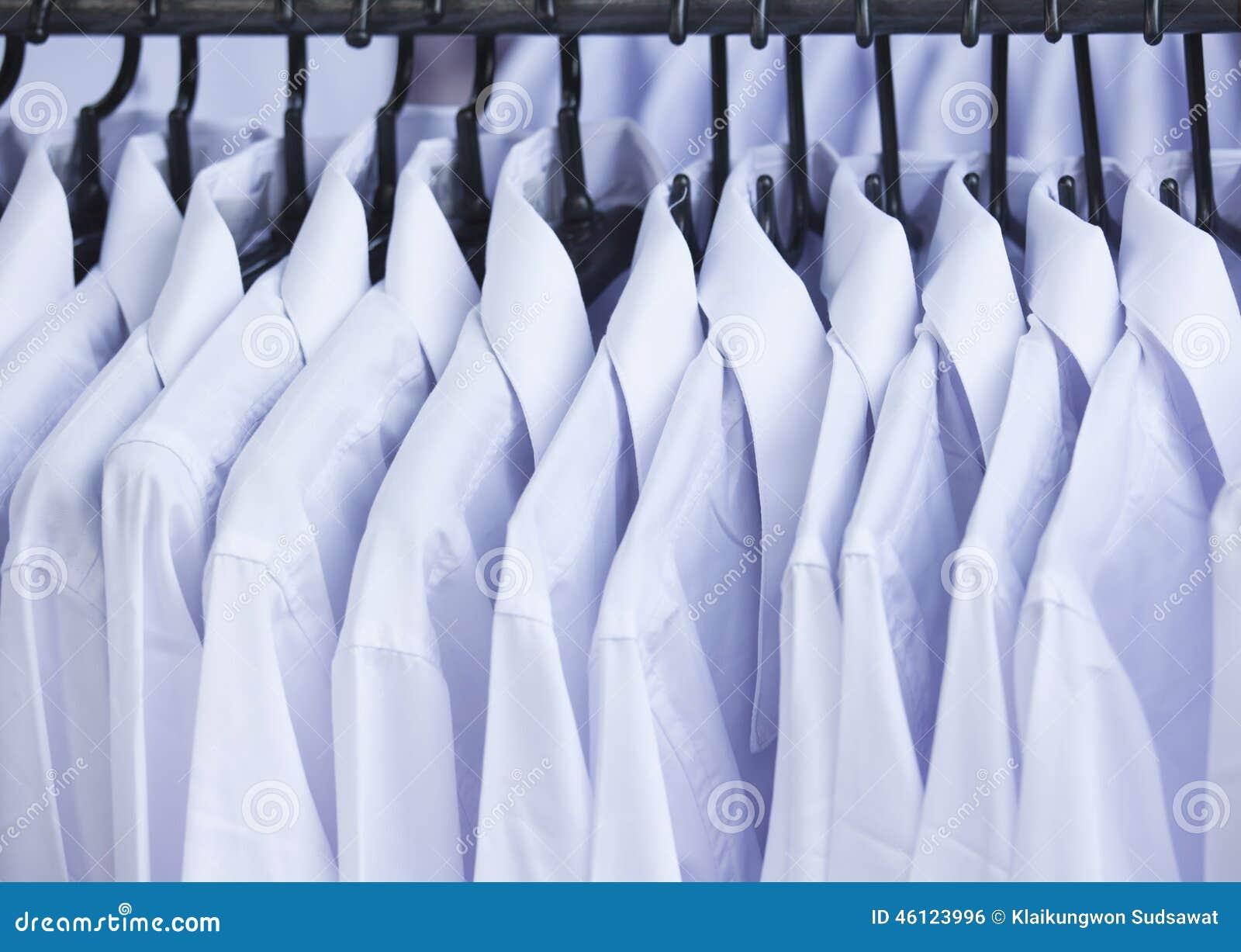 Weißes Hemd Mit Kleiderbügel Für Verkauf Stockfoto - Bild: 46123996