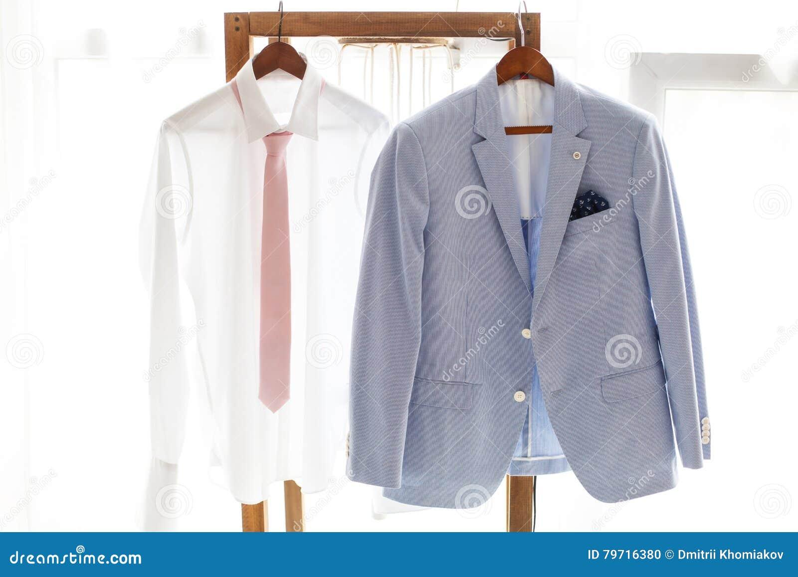 Weißes Hemd Und Grauer Anzug Des Bräutigams Hängend Am Aufhänger