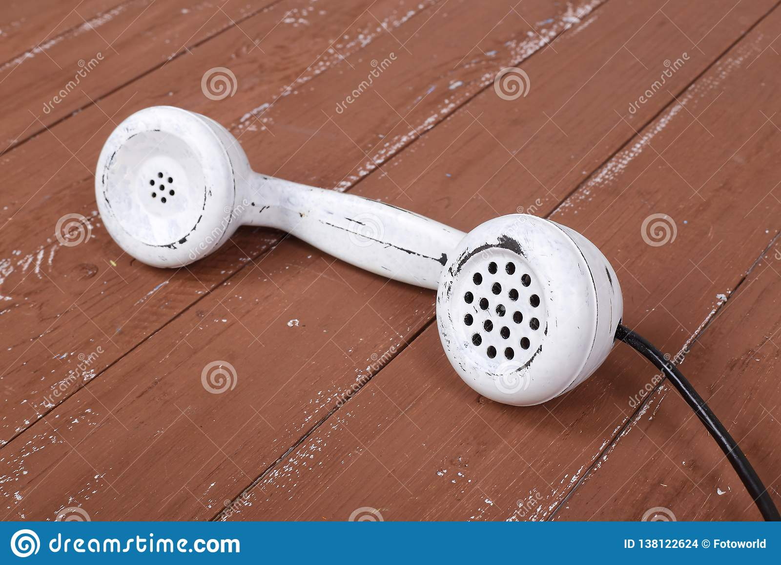 Weißes mit der Hand festgemachtes Weinlesetelefon auf einem braunen Holz gemasert