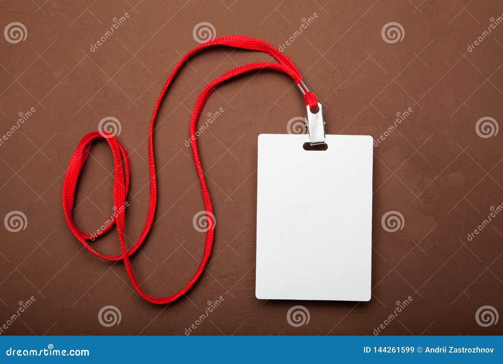 Weißes Namensschild mit roter Abzugsleine